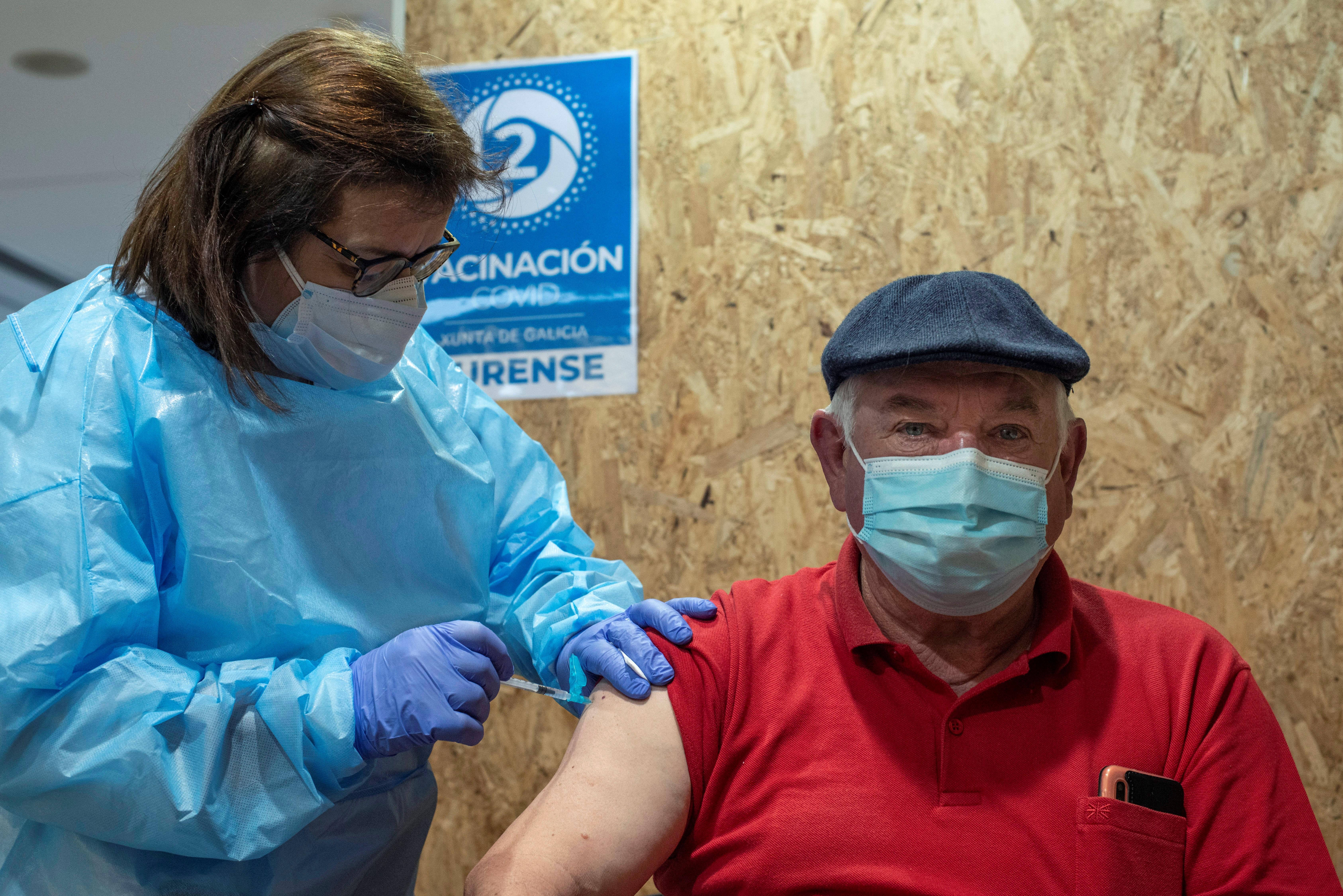Un hombre recibe la vacuna contra la Covid-19 en Orense