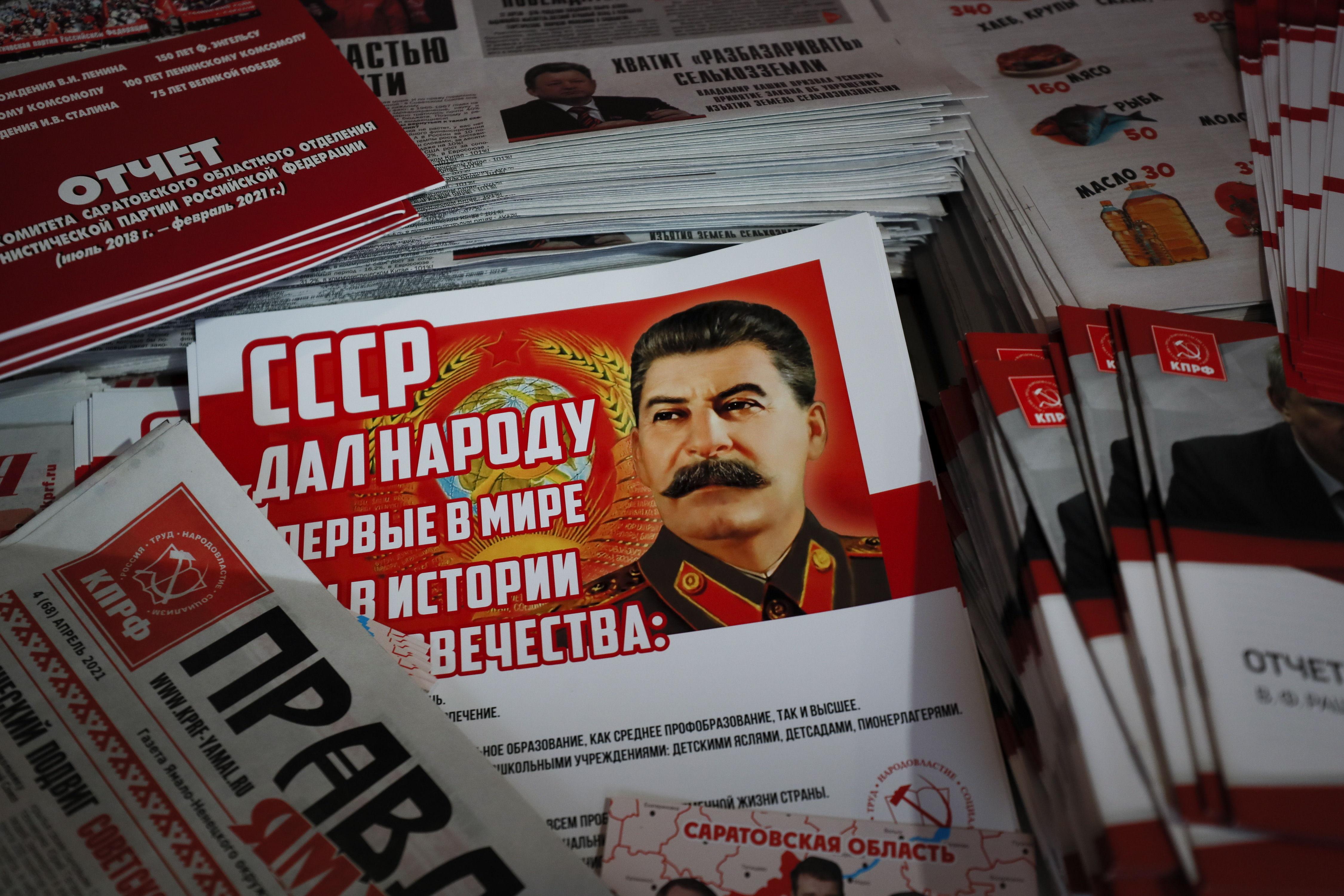 Un periódico con una imagen de Stalin.