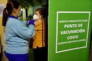 Una enfermera pone la vacuna de Janssen a una mujer en el punto de vacunacion masiva en el Palacio de los Juegos del Mediterráneo de Almería.