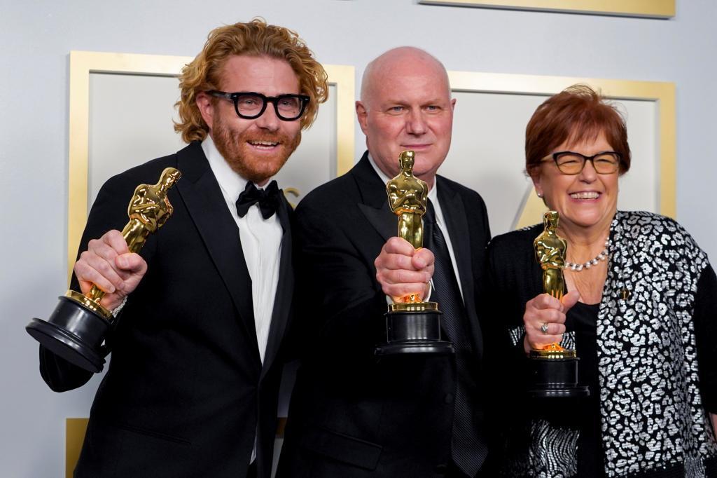 """Erik Messerschmidt, ganador de la fotografía por """"Mank"""" y Donald Graham Burt  y Jan Pascale, vencedores del diseño de producción."""