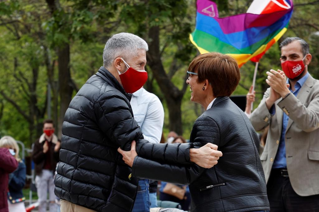 Fernando Grande-Marlaska, con María Gámez el sábado en Vallecas.