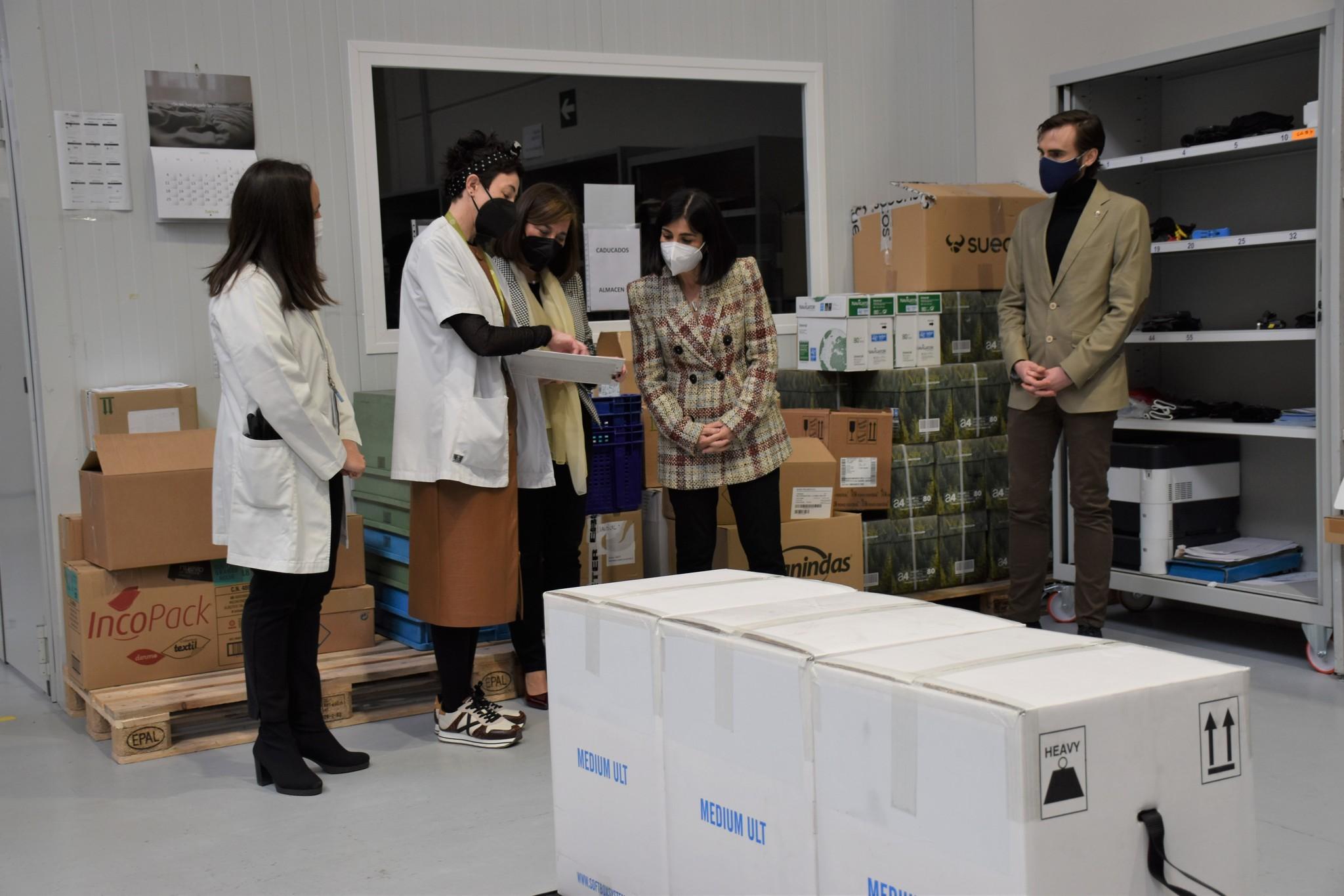 La ministra de Sanidad, Carolina Darias, recibe un nuevo envío de vacunas de Pfizer contra el Covid.