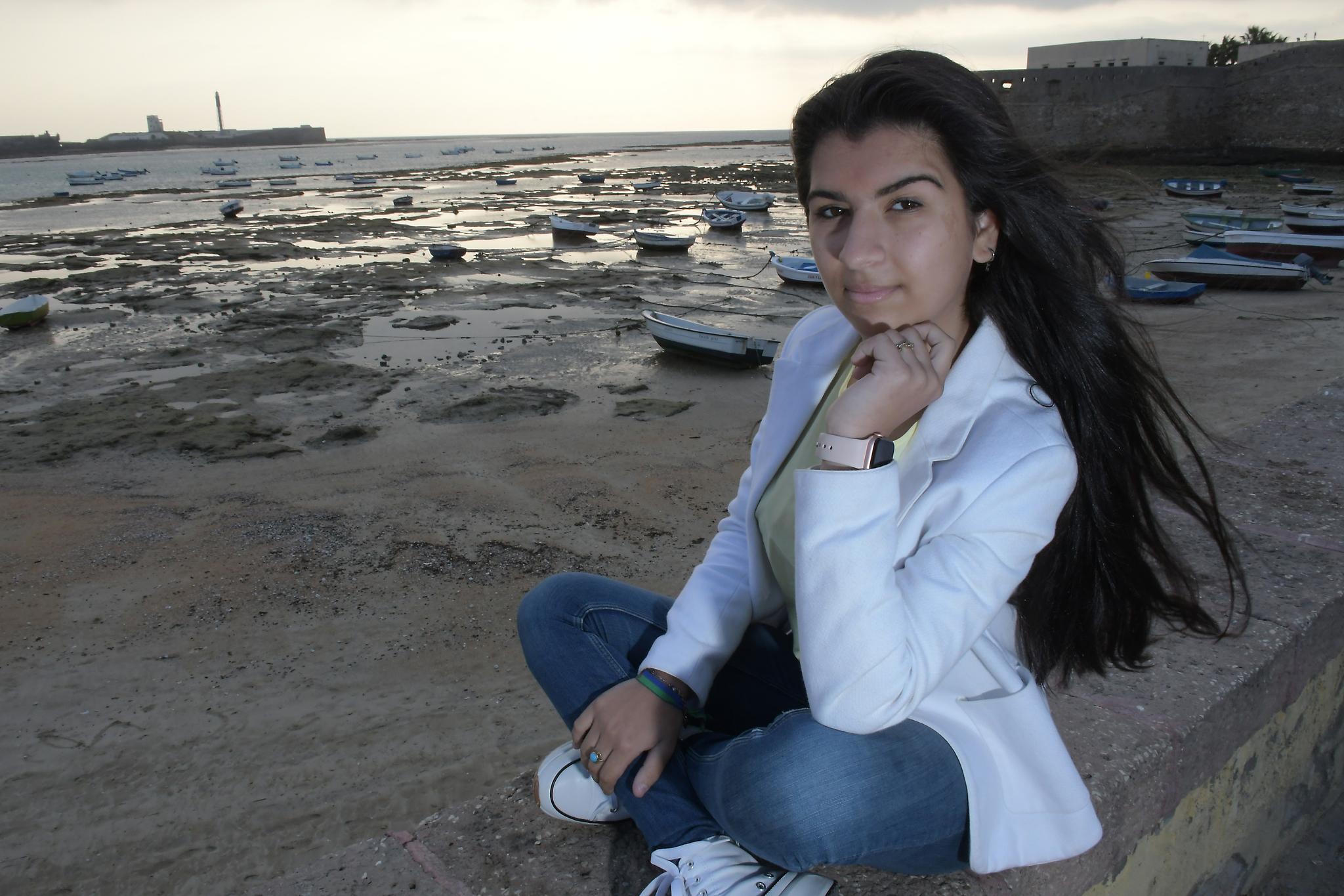 La cantaora Esmeralda Rancapino, en la playa de la Caleta en Cádiz.