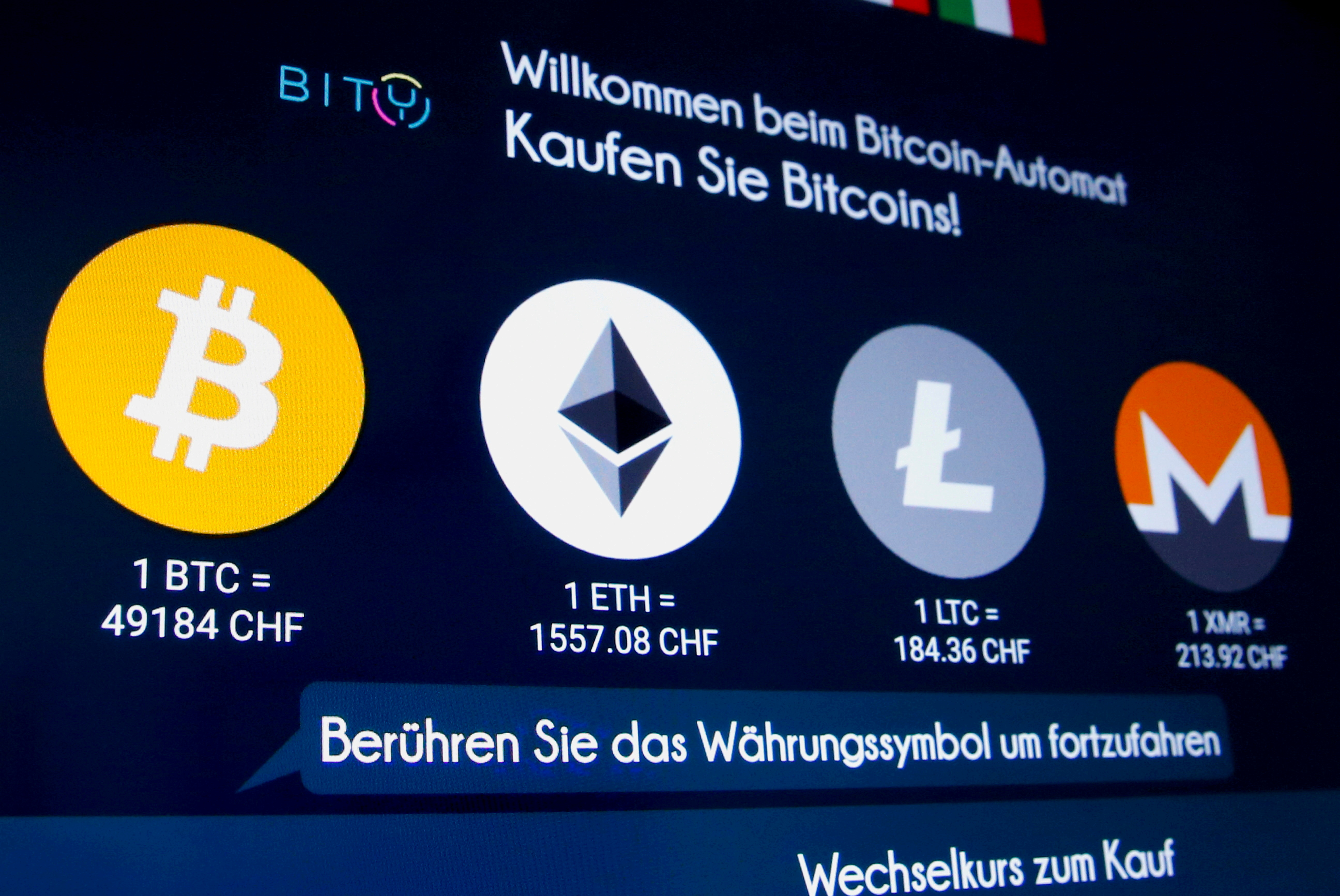 Logotipos de varias criptomonedas en una pantalla.