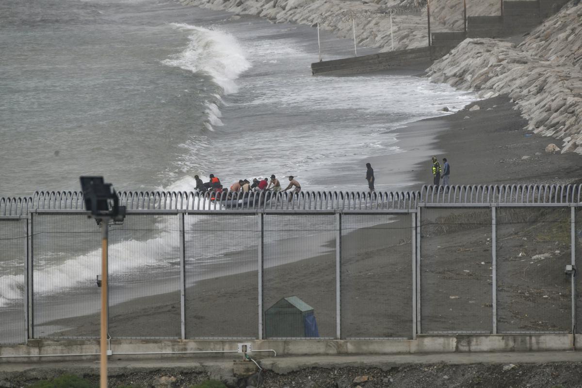 Marroquíes que querían entrar a nado en Ceuta.