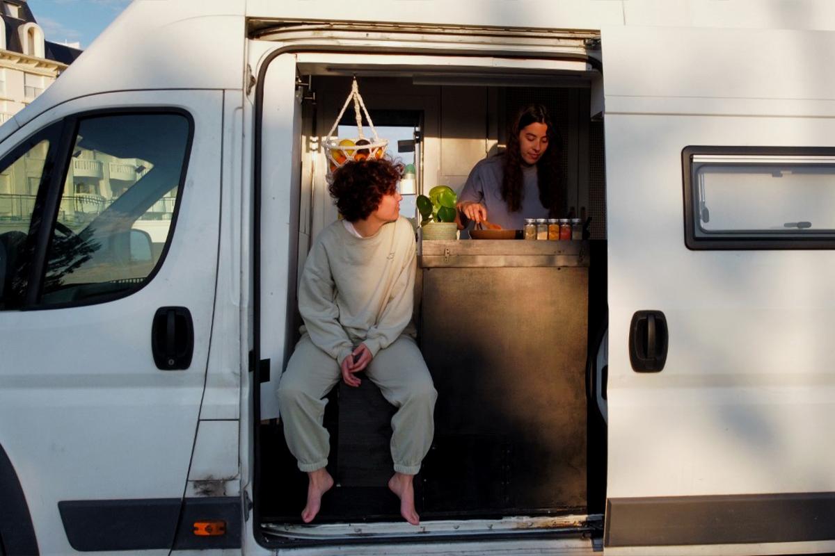 Déborah García e Iratxe Goikoetxea en su furgoneta.