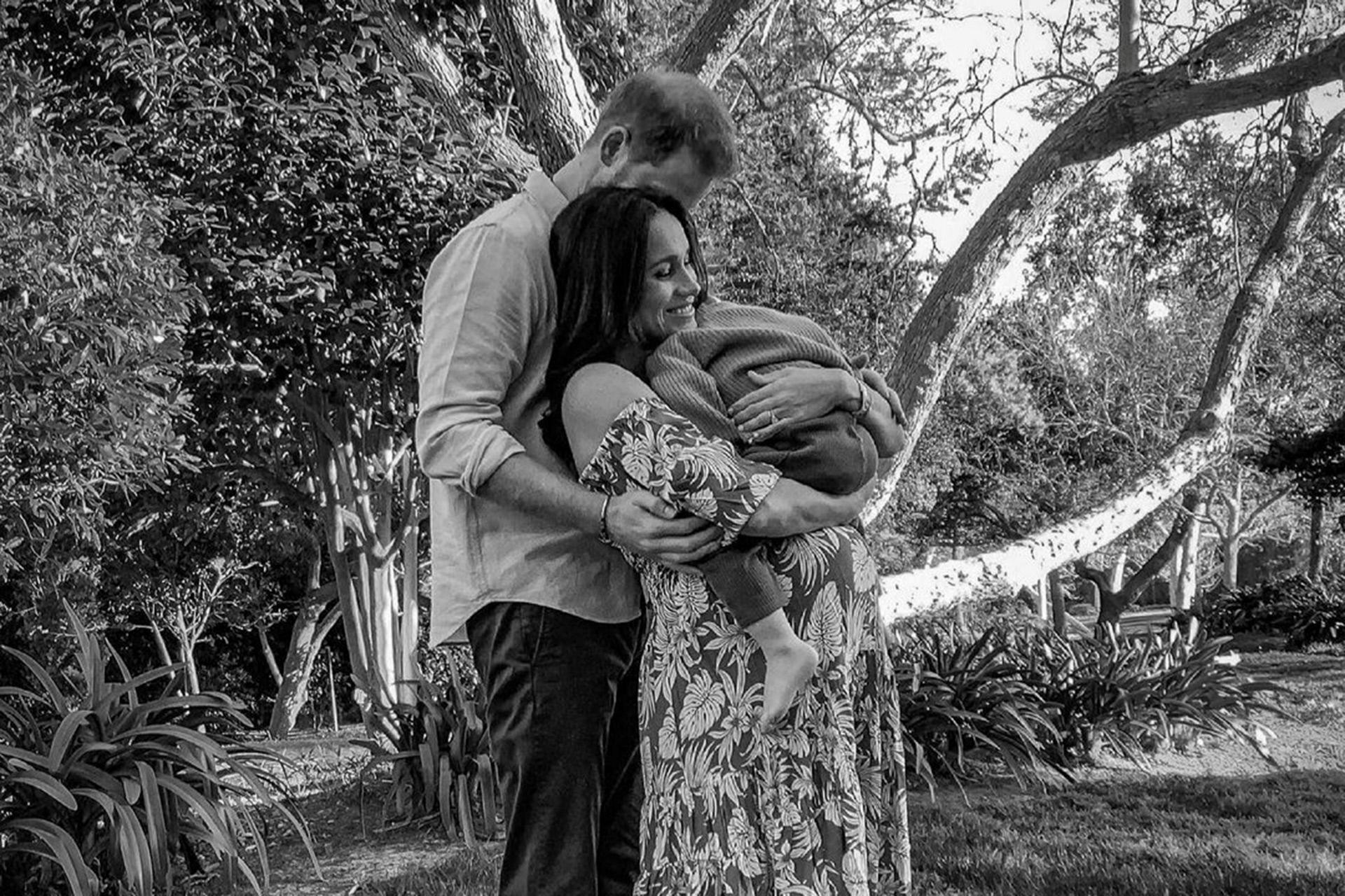 El príncipe Harry y Meghan Markle, en la foto oficial con la que anunciaron el segundo embarazo de la ex actriz.
