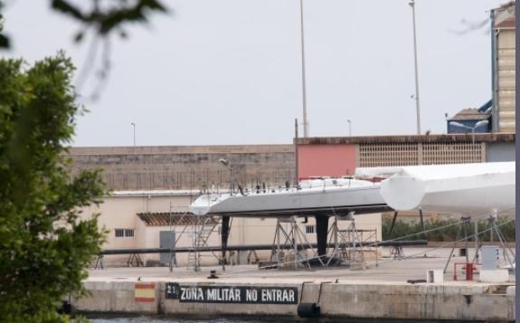 El viejo 'Aifos', a la izquierda, en los muelles de la Armada en Palma.
