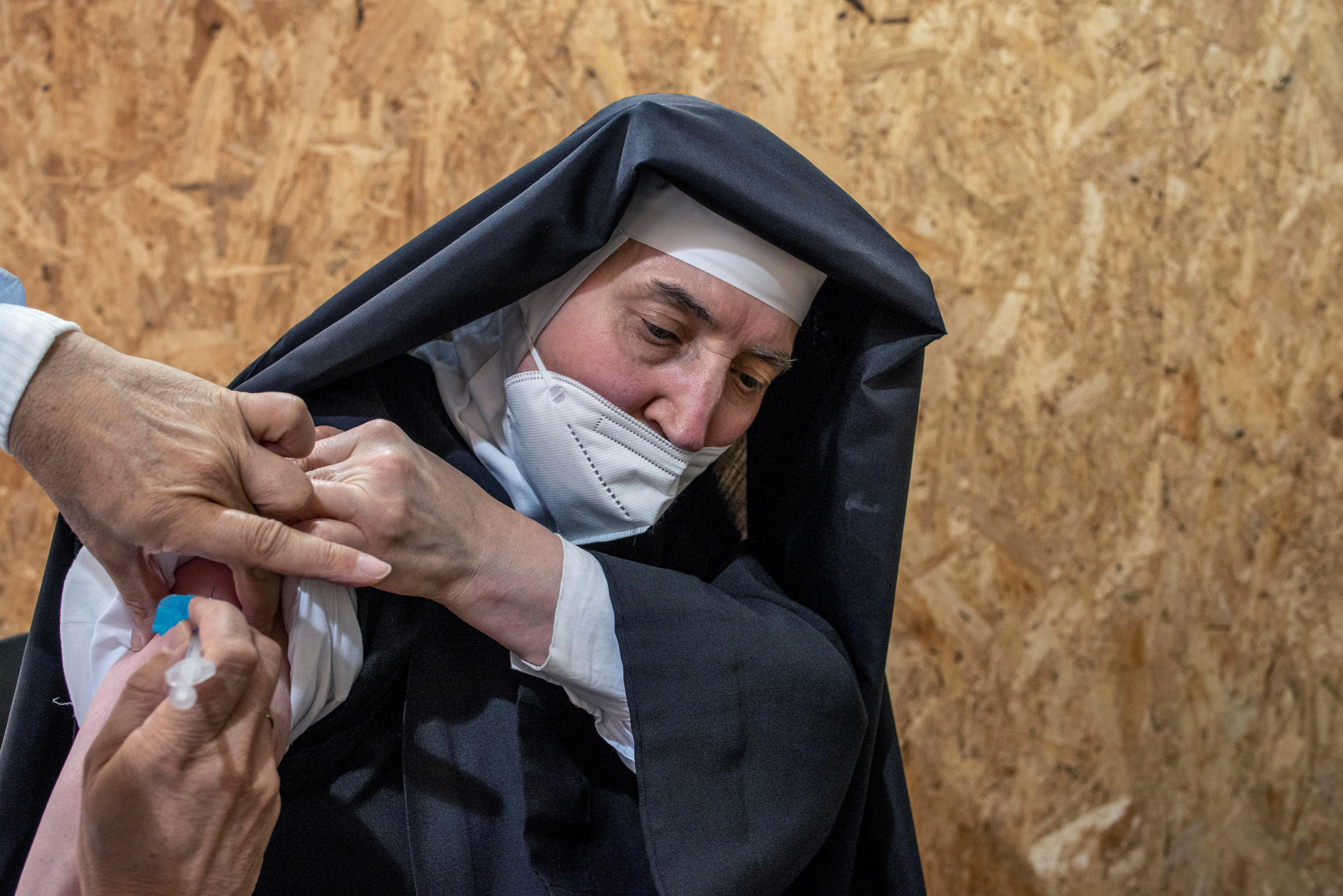 Una monja recibe la vacuna contra la Covid-19 en Expourense.