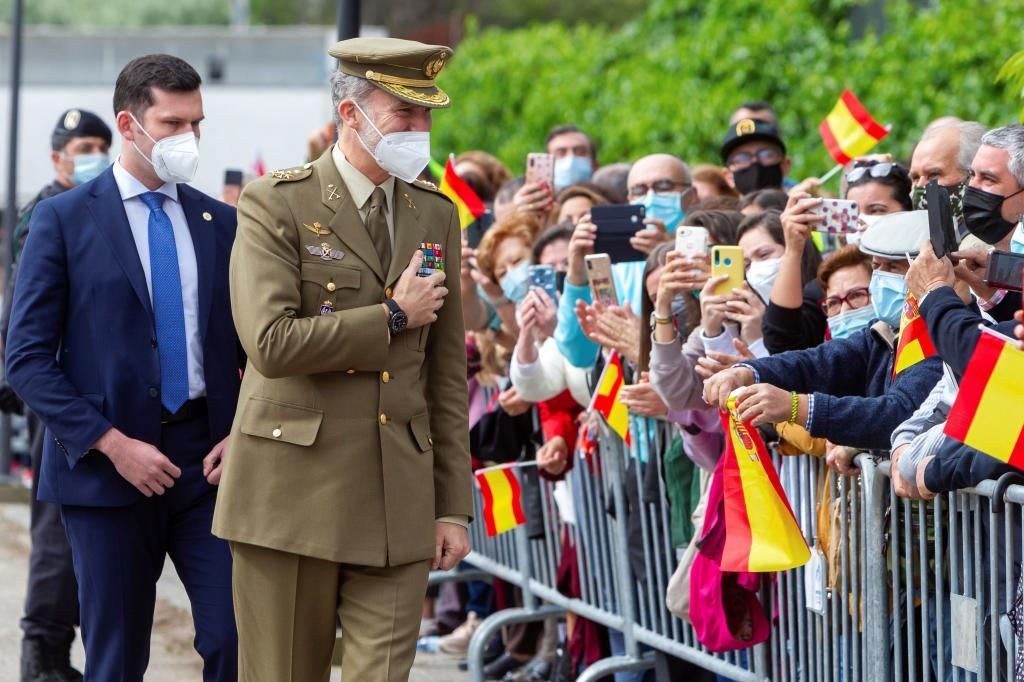 El Rey saluda a los vecinos de Valencia de Alcántara.