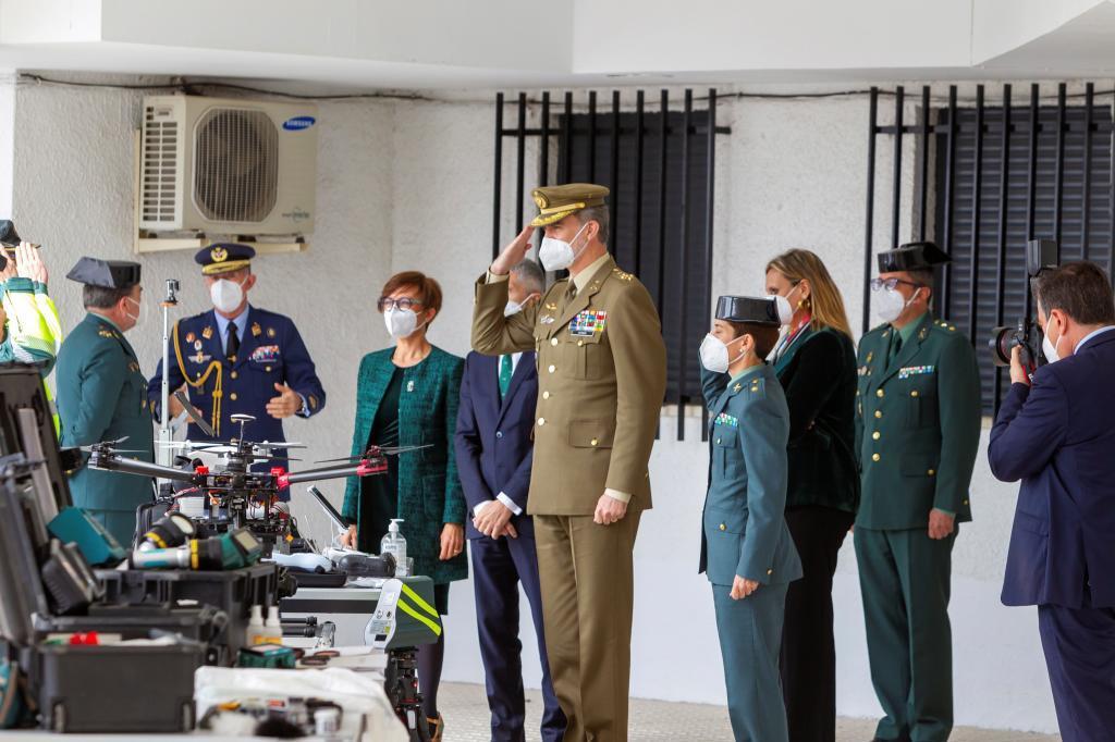 Felipe VI, con Marlaska y María Gámez durante su visita a la Guardia Civil.