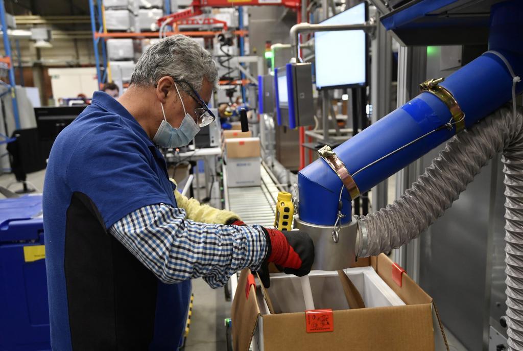 Un empleado de la factoría de Puurs donde Pfizer y BioNTech elaboran la vacuna contra el coronavirus