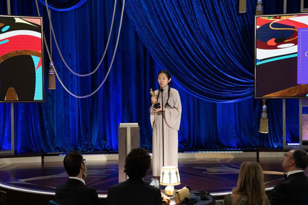 Chloe Zhao recoge el premio a la mejor dirección