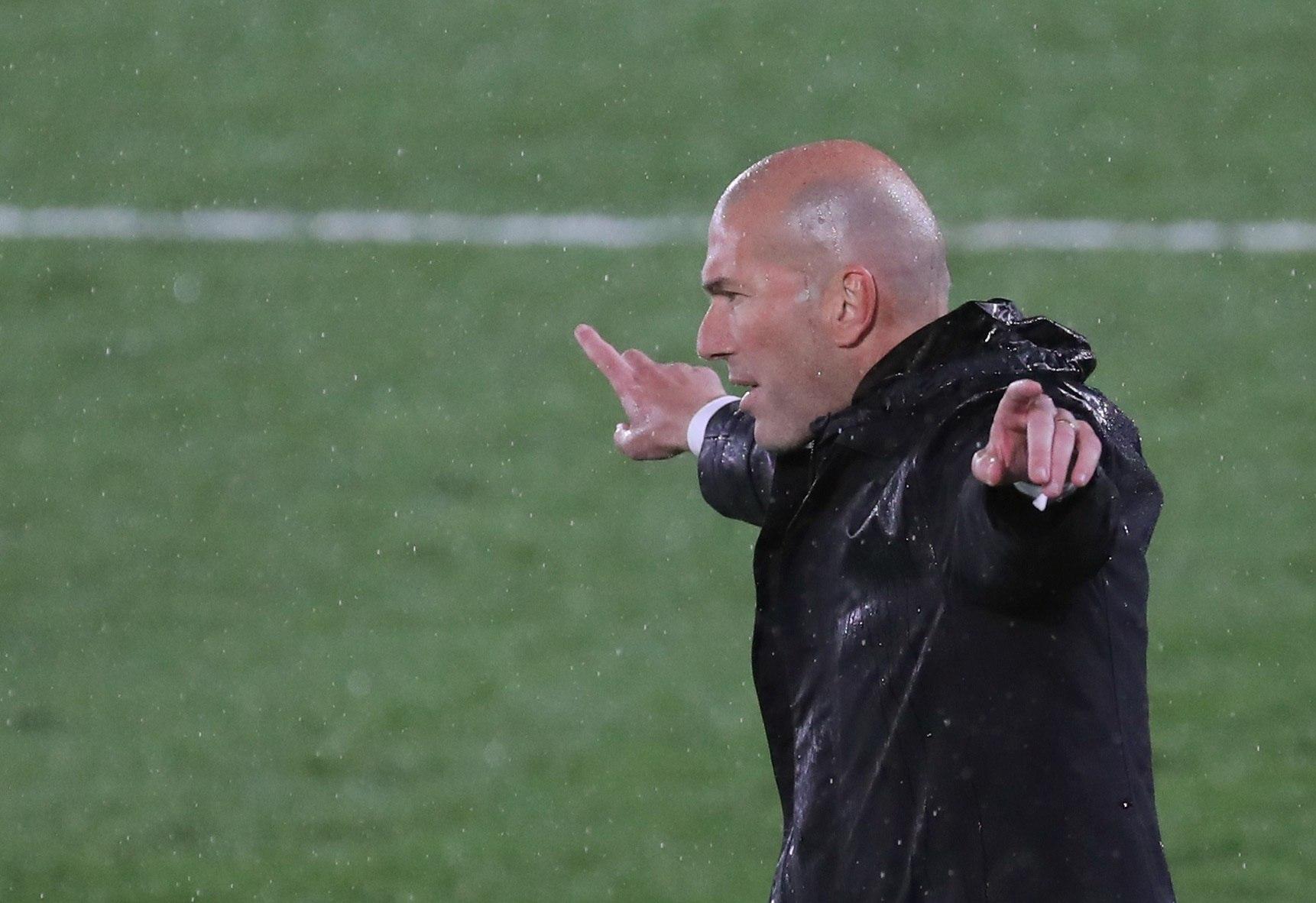 Zidane da instrucciones frente al Chelsea.