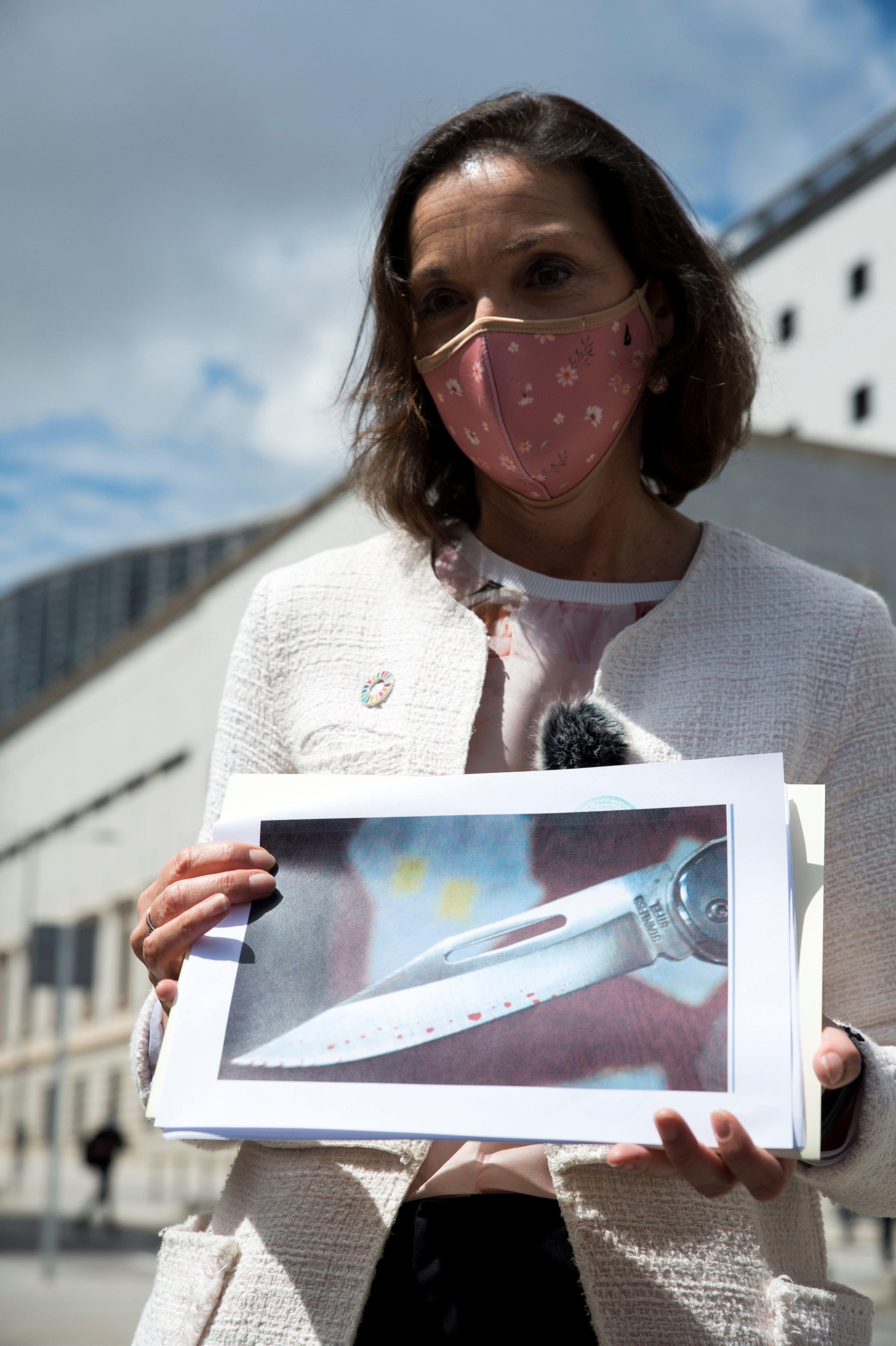 La ministra Reyes Maroto muestra una fotografía de la navaja ensangrentada que ha recibido dentro de un sobre.