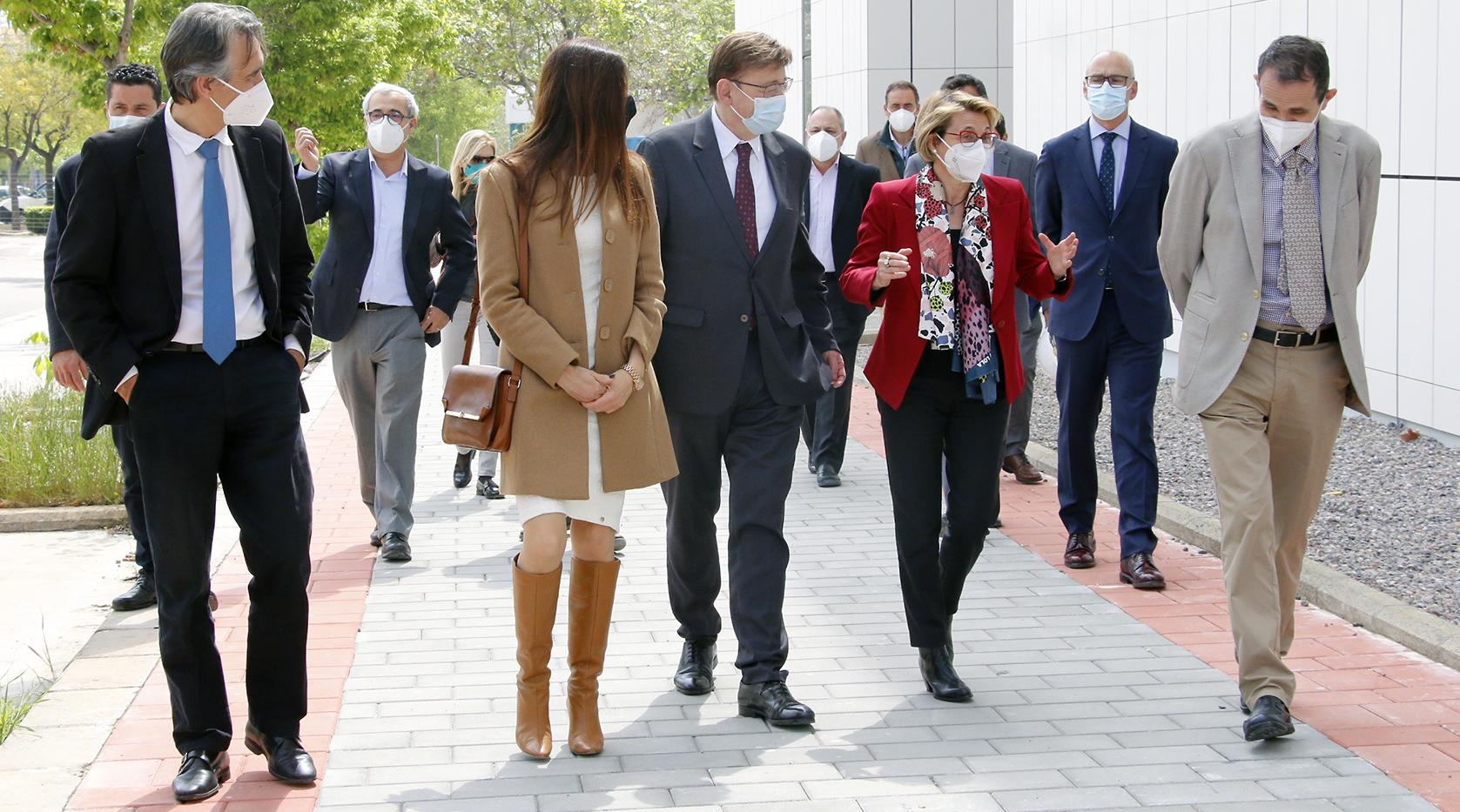 Ximo Puig y Eva Alcón, junto al resto de autoridades, ayer, durante su visita a la UJI.