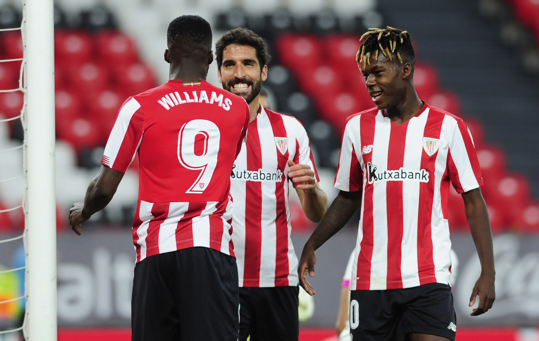 Nico e Iñaki Williams felicitan a Raúl García tras un gol al Valladolid