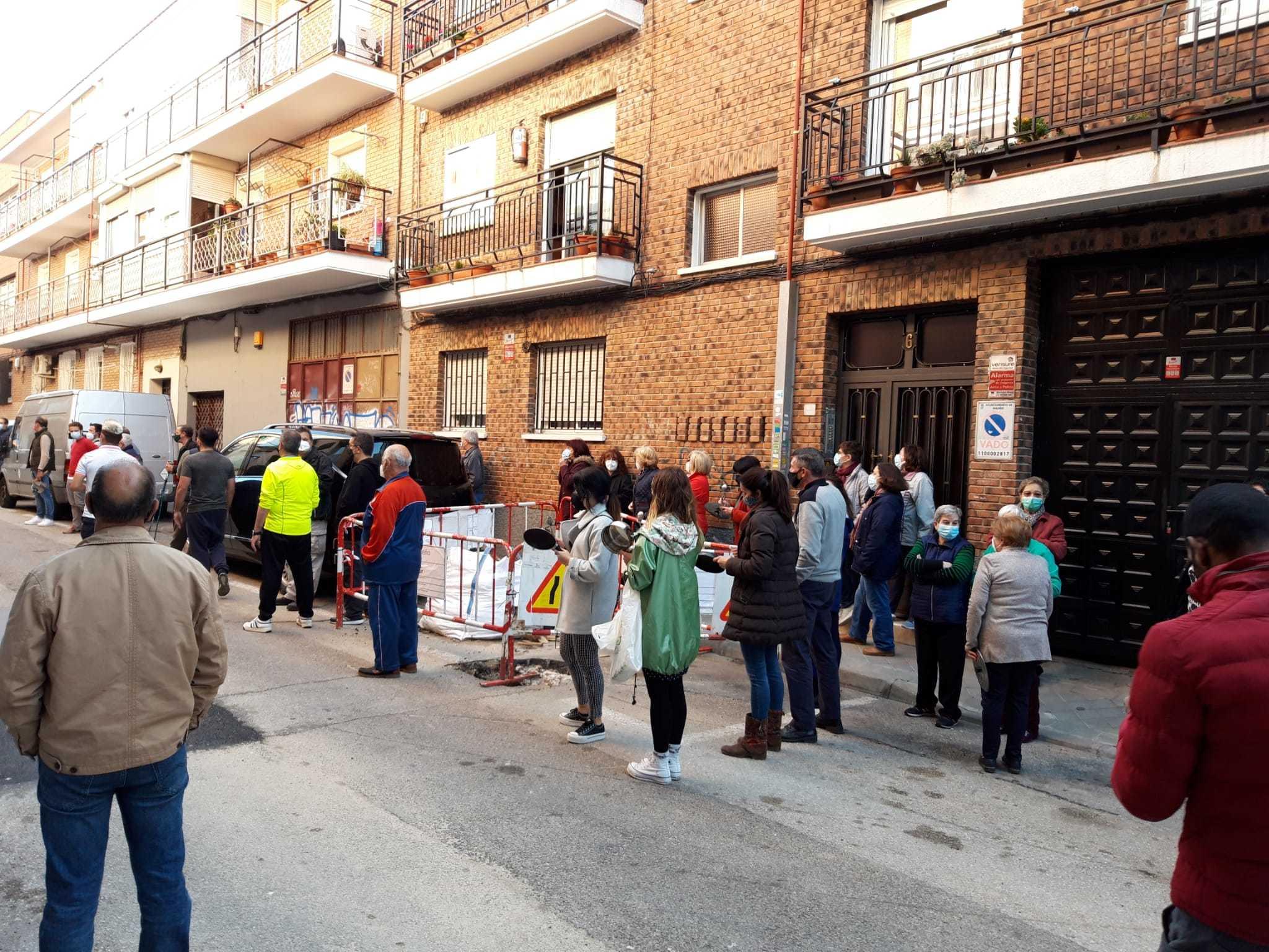 Vecinos de Carabanchel en la cacerolada del pasado miércoles.