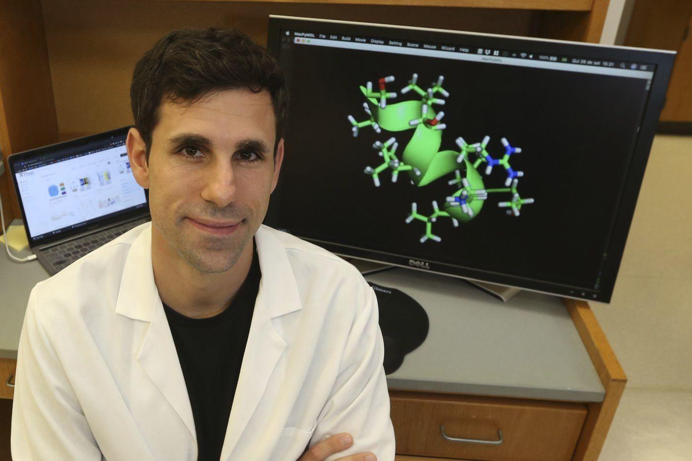 El biotecnólogo César de la Fuente, en su laboratorio de la Universidad de Pensilvania.