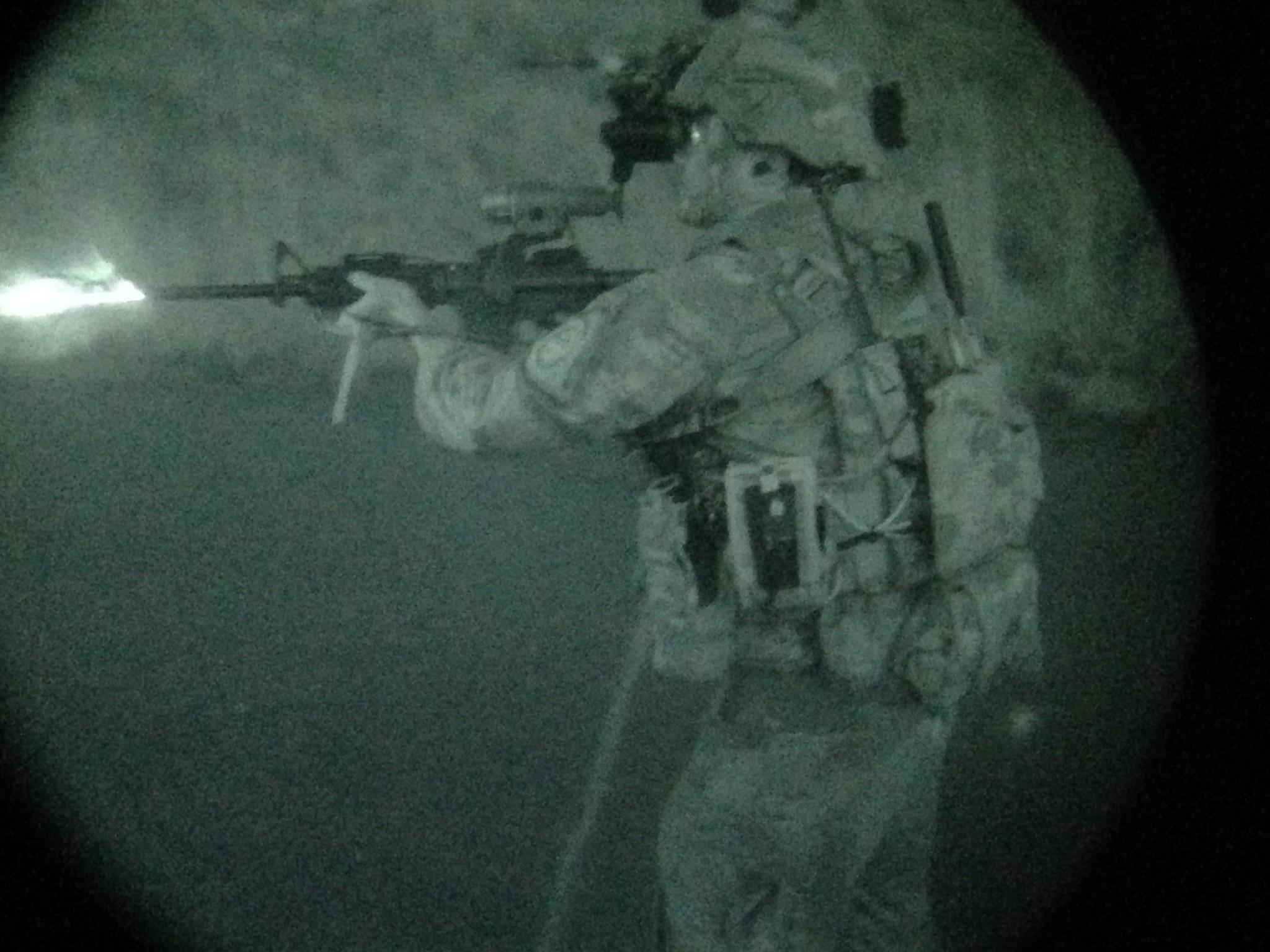 Un soldado dispara su rifre de asalto M4 sin necesidad de aproximar la mira al ojo, ya que esta se encuentra conectada por realidad aumentada gracias a las gafas de visión norcturna.