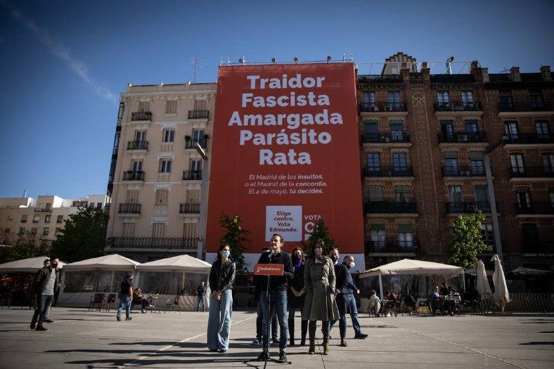 Bal, Arrimadas y Villacís, hoy, frente a la lona de Ciudadanos
