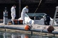 La Policía Científica analiza una embarcación en la base de la Guardia Civil de la dársena pesquera de Santa Cruz de Tenerife, propiedad al parecer del hombre desaparecido con sus dos hijas y que fue hallada en alta mar sin sus ocupantes.