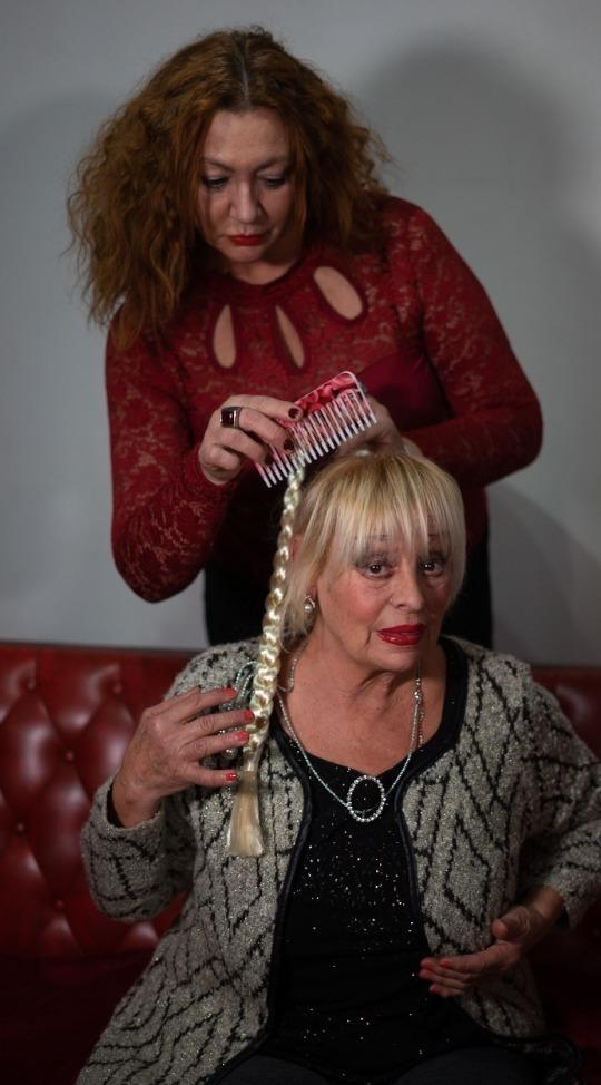 Imagen de la obra 'la están peinando'