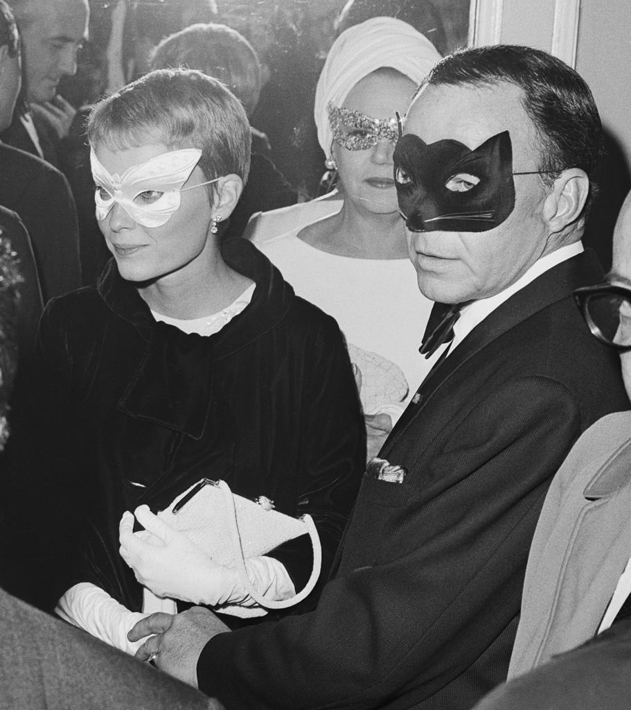 Mia Farrow y Frank Sinatra, en 'el baile en blanco y negro' que organizó Capote en 1966.