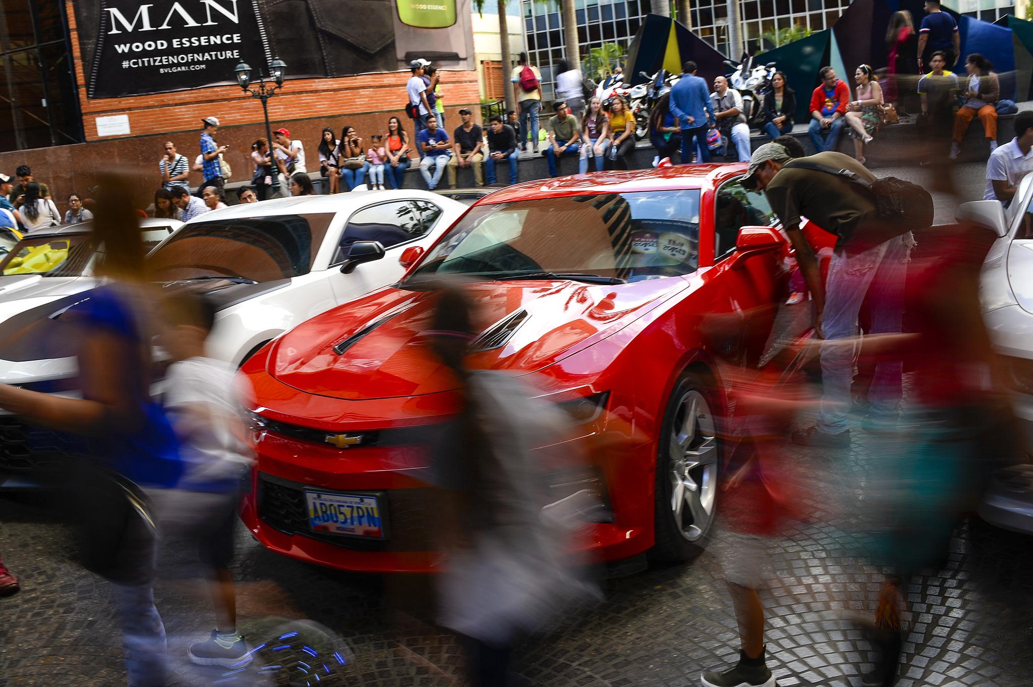 Feria de coches de lujo en Caracas.