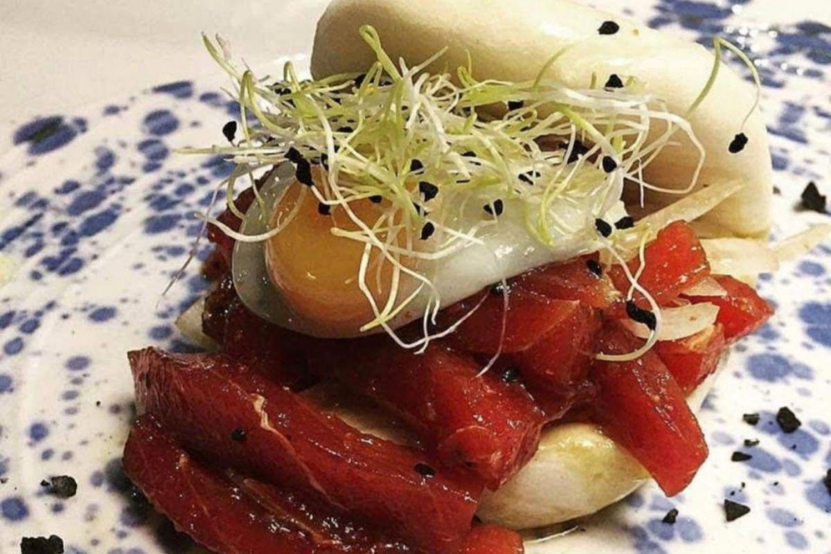 Bao relleno de atún picante y huevo de codorniz, en DeAtún.