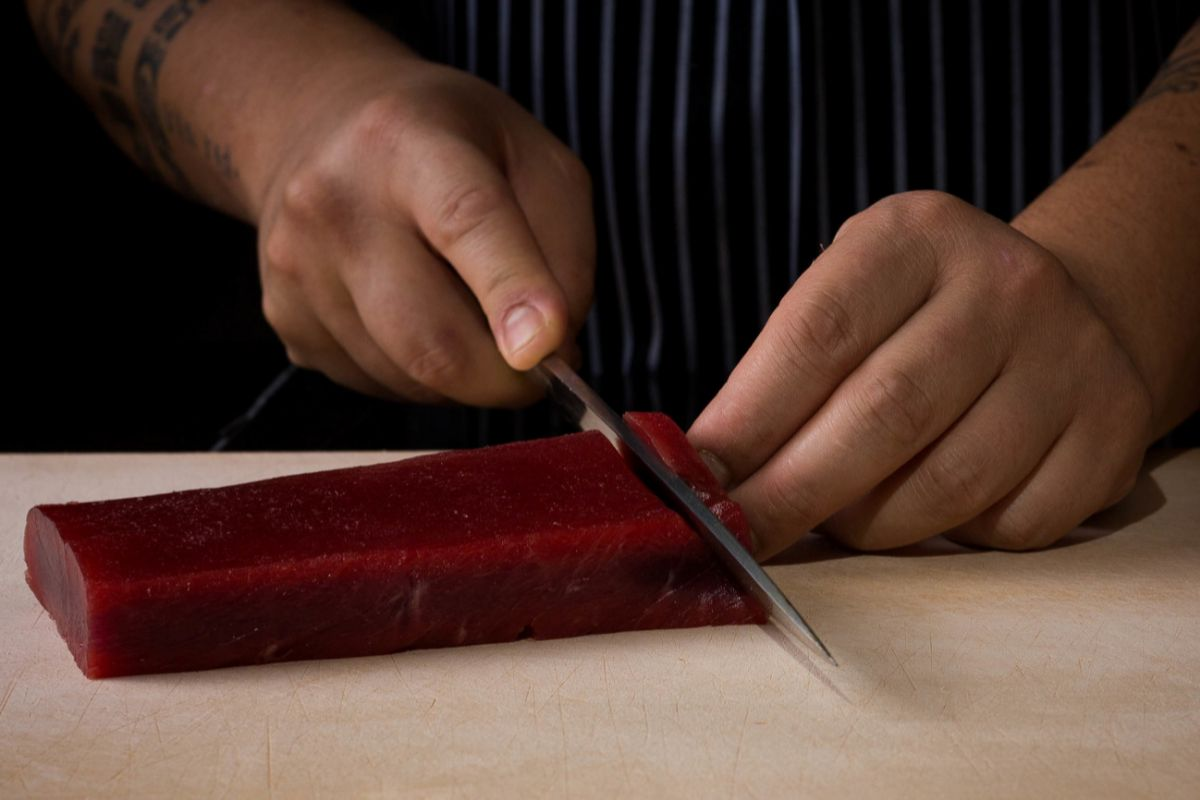 Mario Payán, en Kappo, preparando un corte de atún rojo.