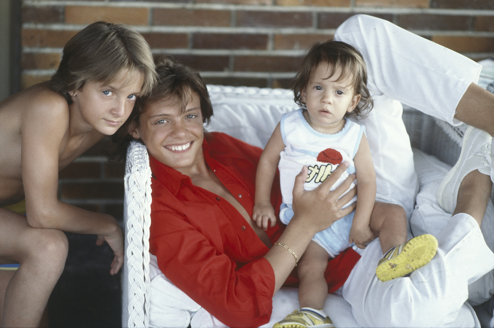 Luis Miguel, con sus hermanos, Álex y Sergio, en Italia en 1985.