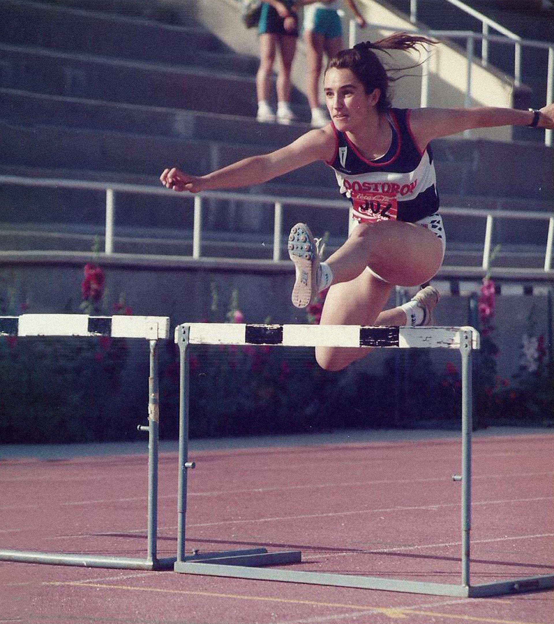 Mónica García practicó salto de vallas. TWITTER