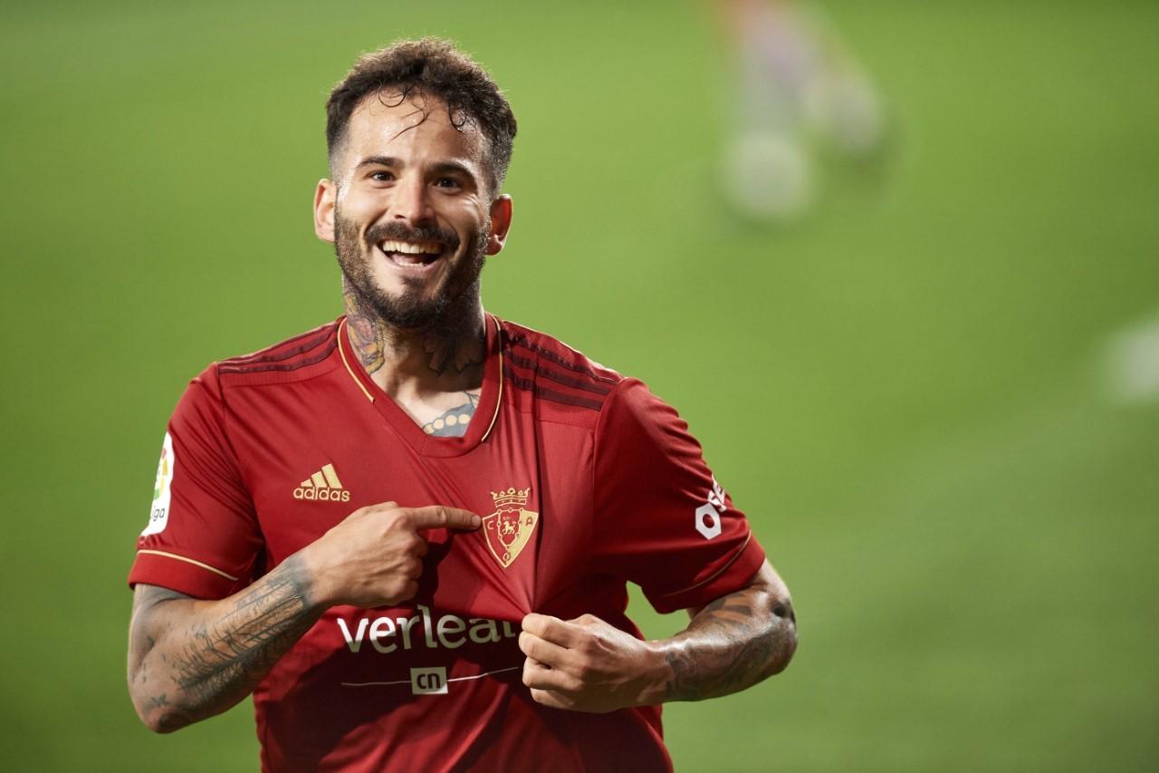 Rubén García se señala el escudo de Osasuna en la camiseta.