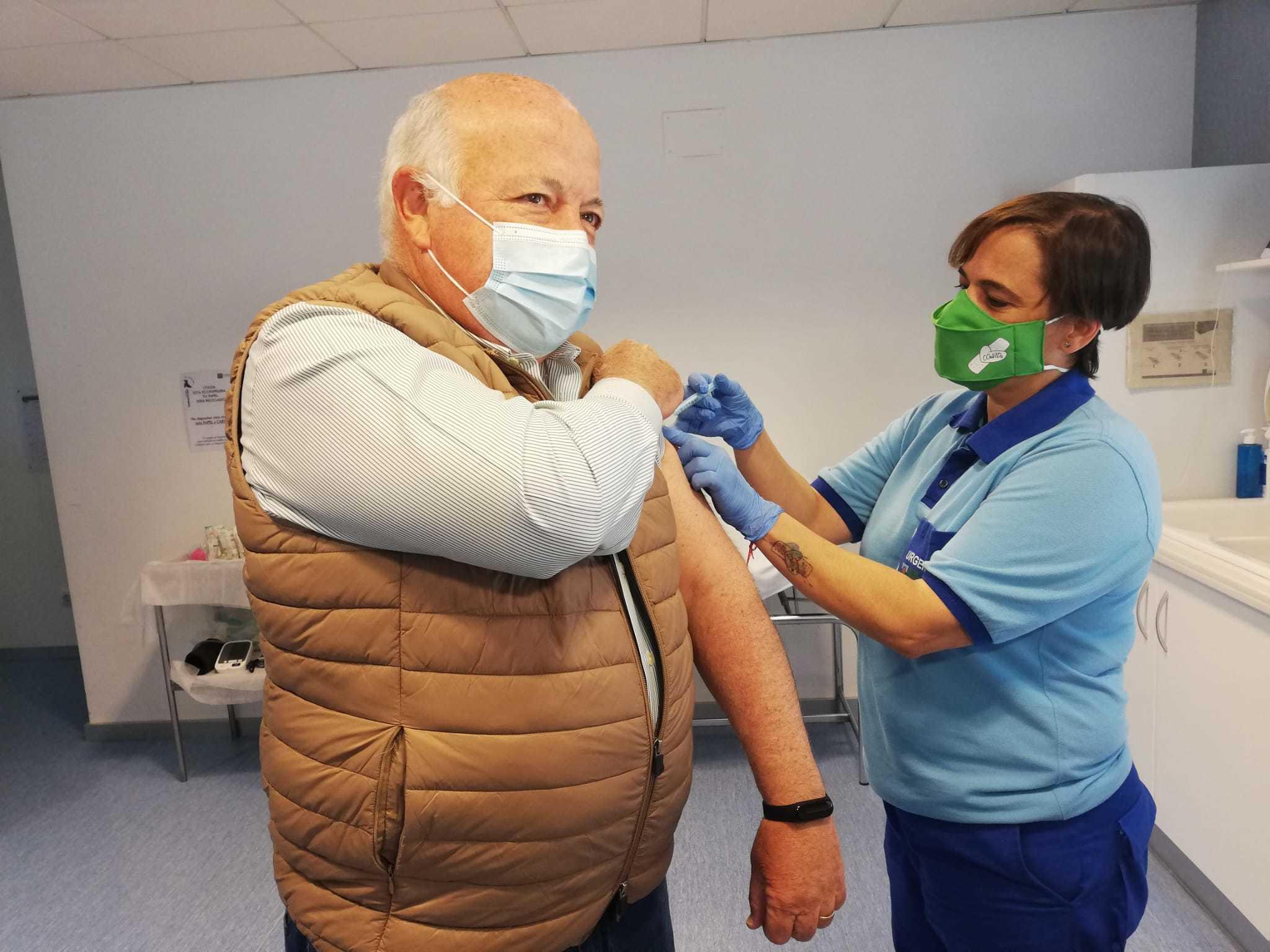 El consejero de Salud, Jesús Aguirre, este sábado, vacunándose.