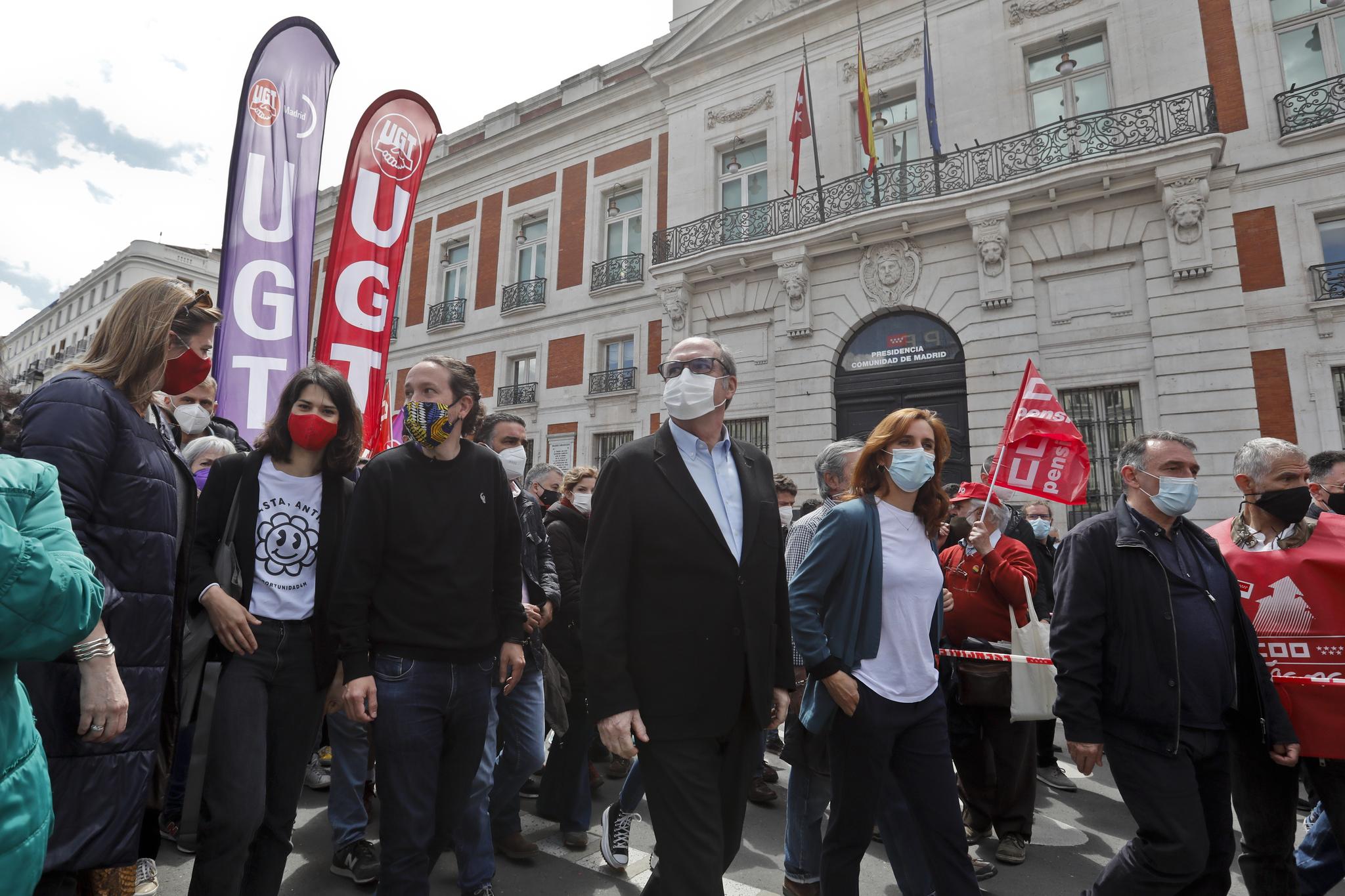 Ángel Gabilondo (PSOE), Pablo Iglesias (Podemos) y Mónica García (Más Madrid), ante la Puerta del Sol.