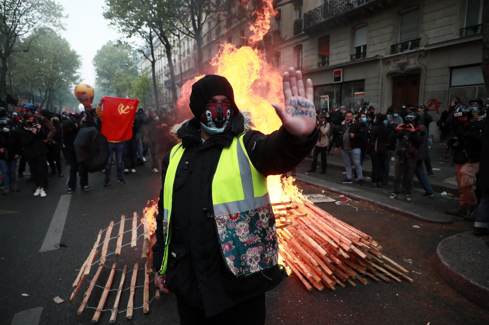 Un 'chaleco amarillo' ante una barricada de fuego en París, en la protesta por el 1 de Mayo.
