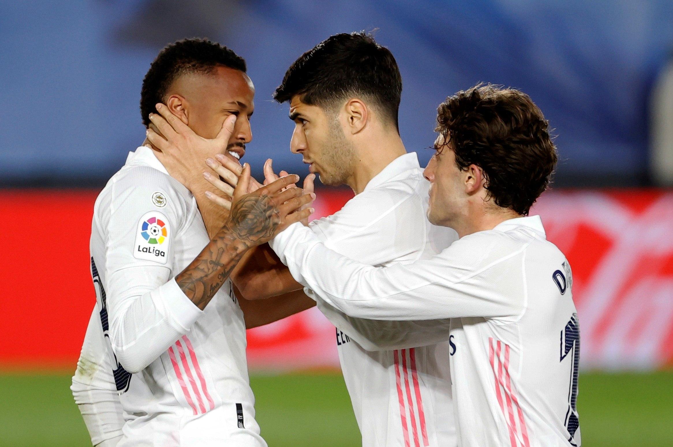 Militao, con Asensio y Odriozola, tras marcar.