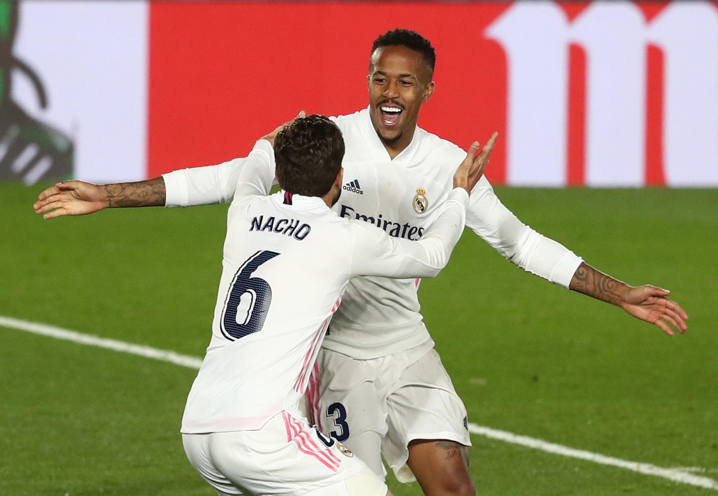 Militao celebra su gol con Nacho.