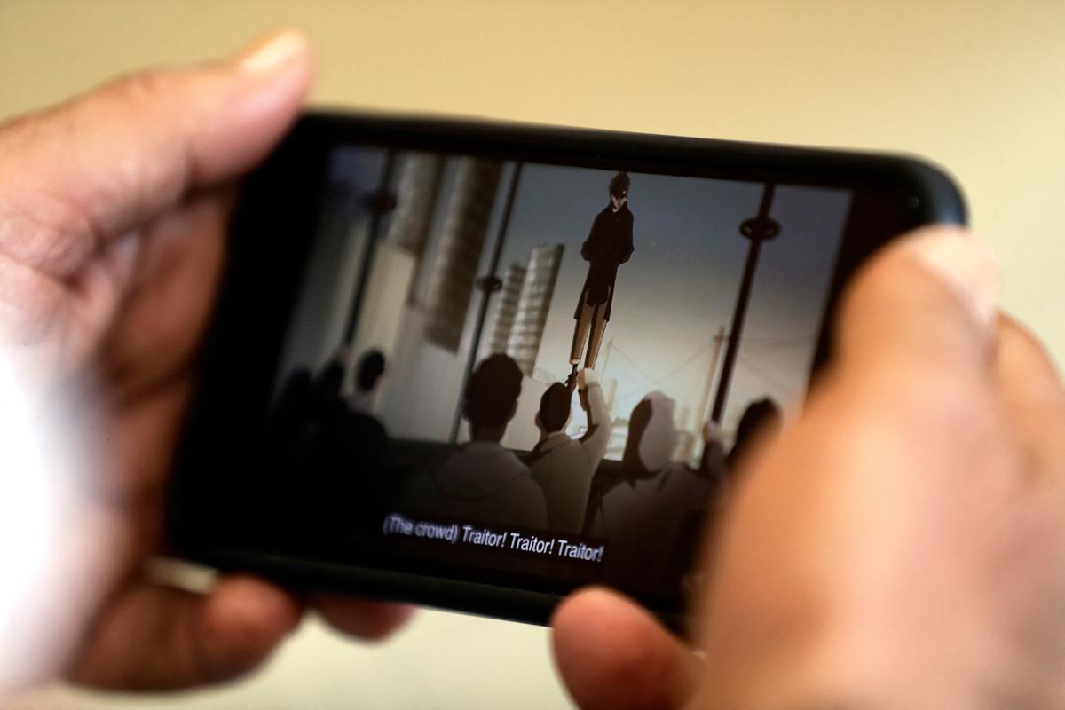 """Un espectador ve en su móvil """"Alephia 2053""""."""