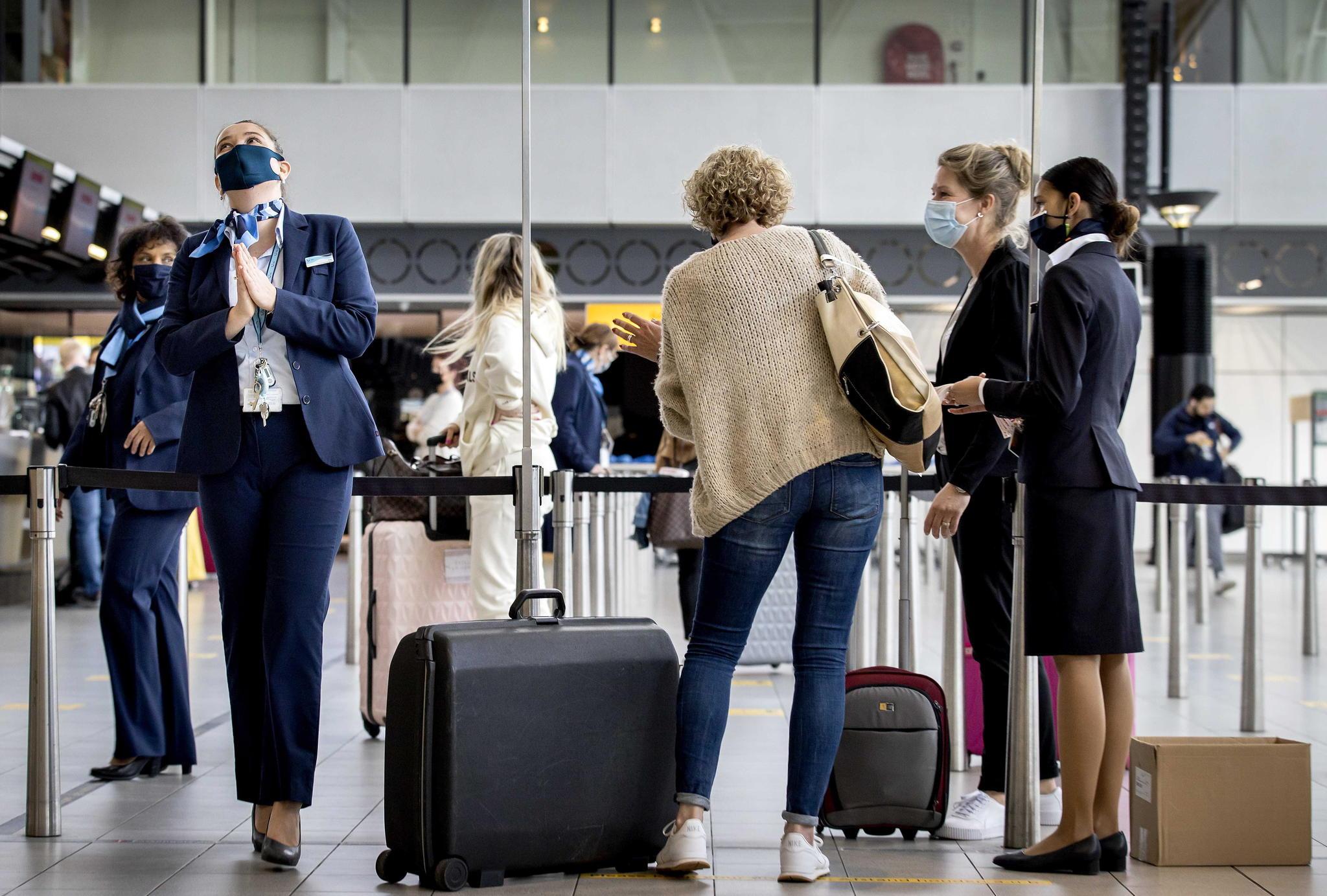 Llegada de viajeros internacionales a un aeropuerto español.