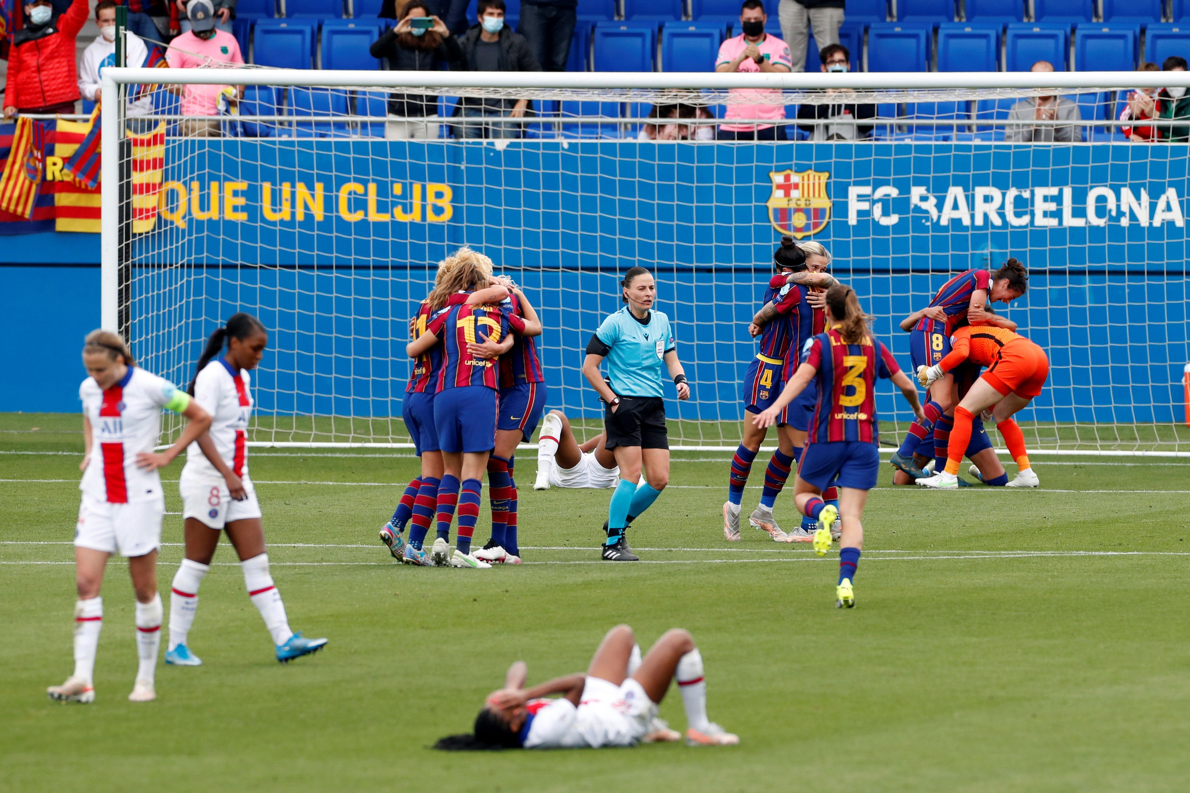 Las jugadoras del Barça celebran su pase a la final.