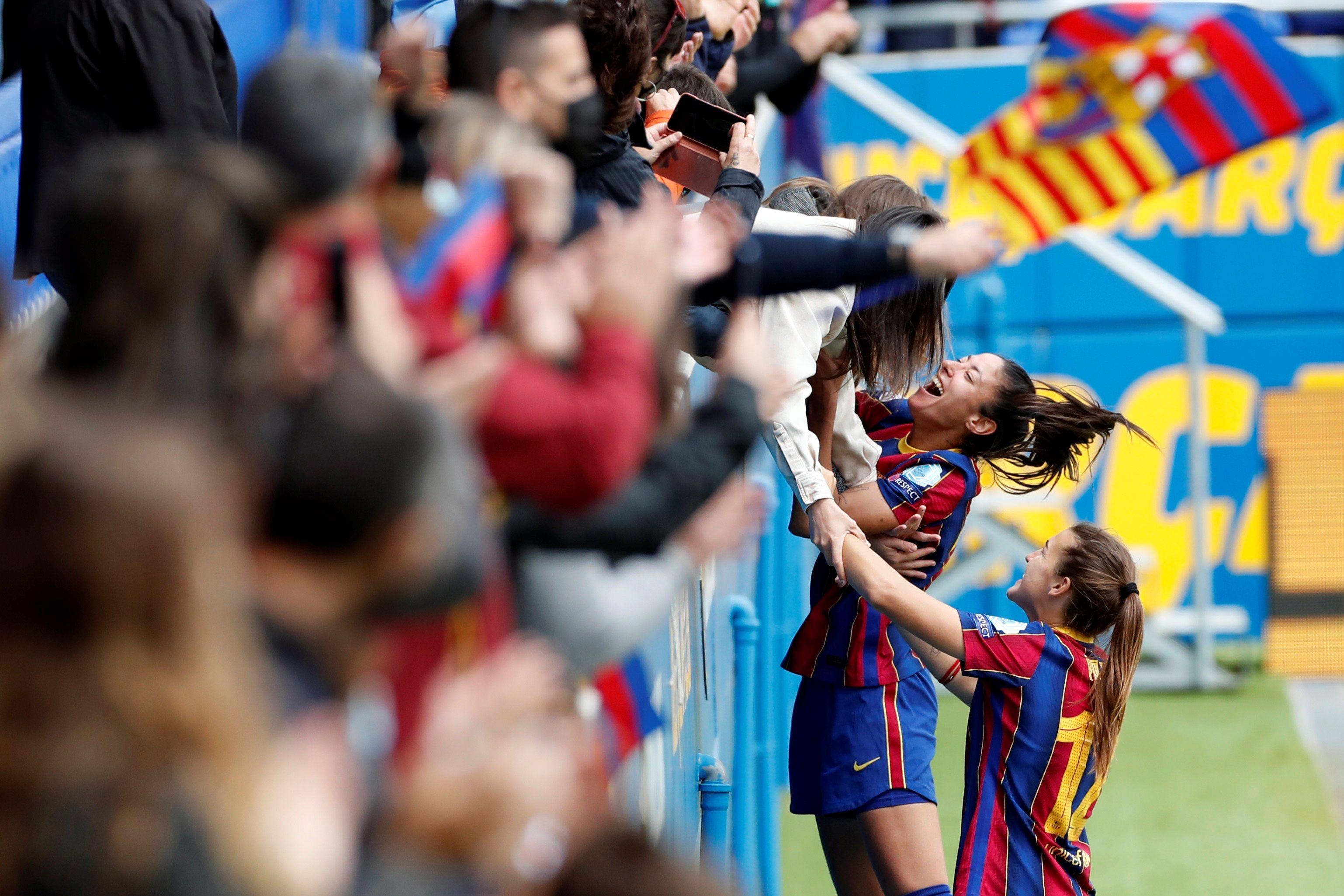 Las jugadoras del Barça festejan la victoria con el público.