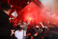 Fans del United protestan en Old Trafford.