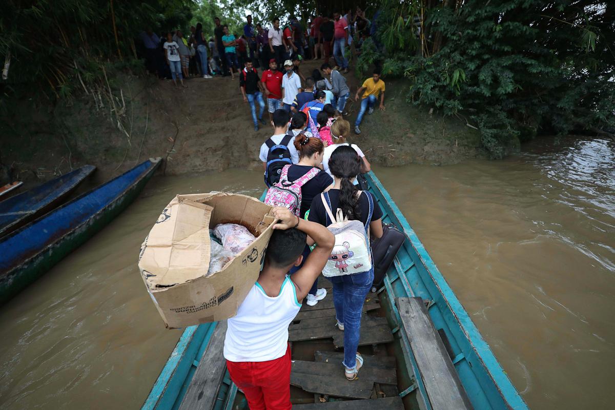Migrantes venezolanos desembarcan en Arauquita (Colombia).