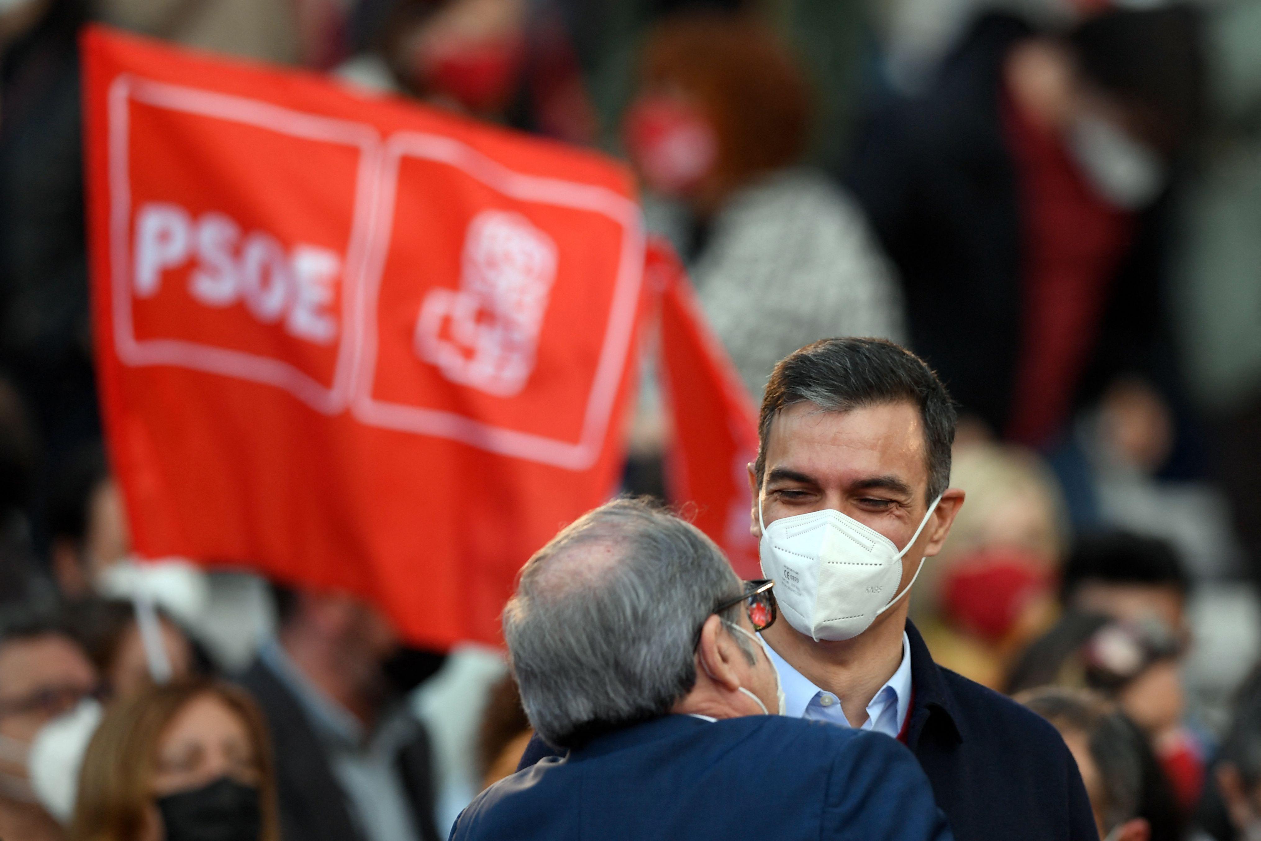 El presidente del Gobierno, Pedro Sánchez, y el candidato socialista en Madrid, Ángel Gabilondo, este domingo en cierre de campaña
