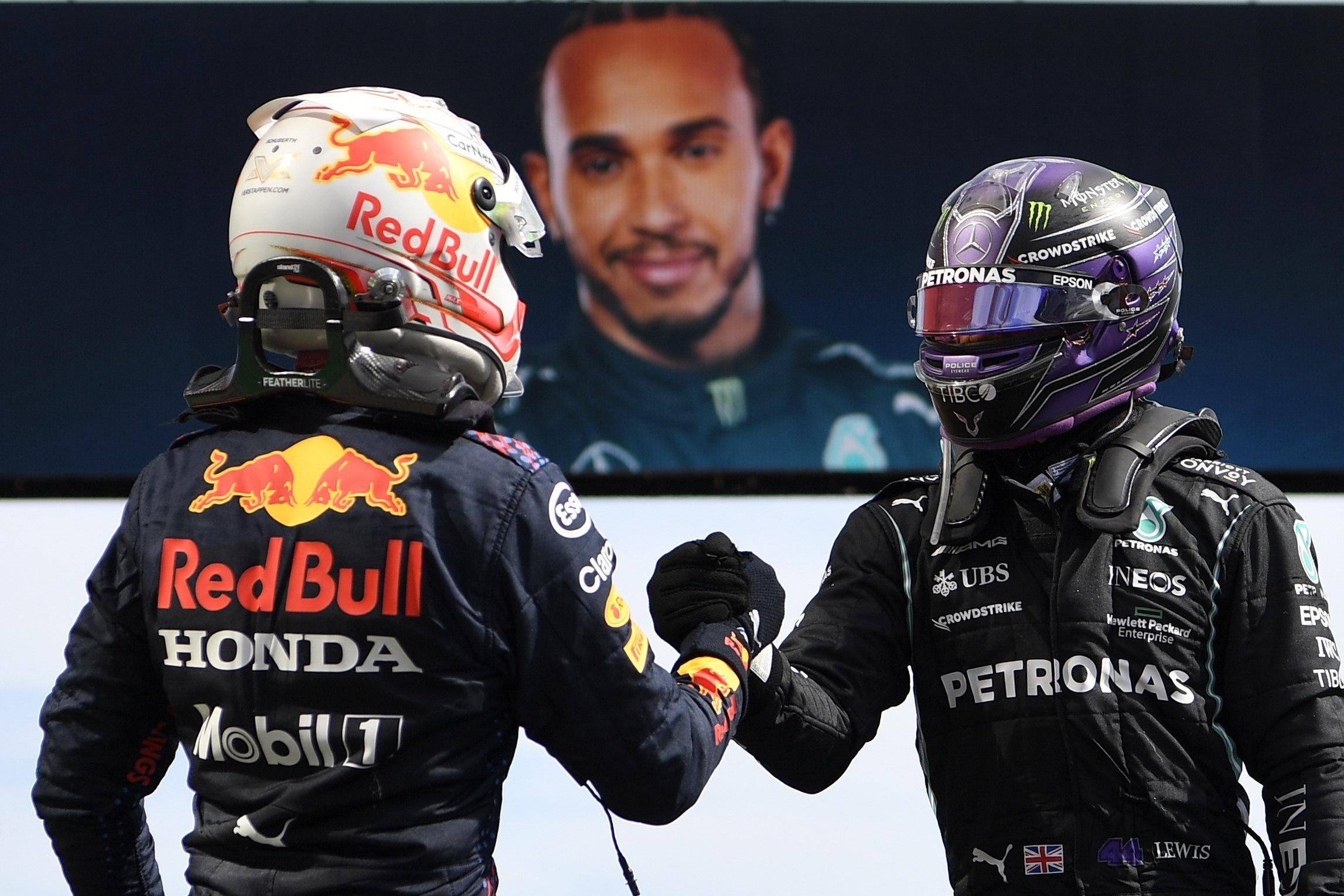 Verstappen y Hamilton se saludan.
