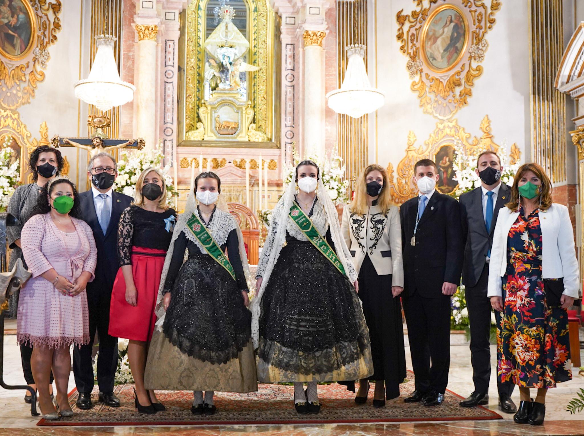 Alcaldesa y presidente de la Diputación, con las reinas de las fiestas y los presidentes de la Real Cofradía del Lledó, en la basílica.