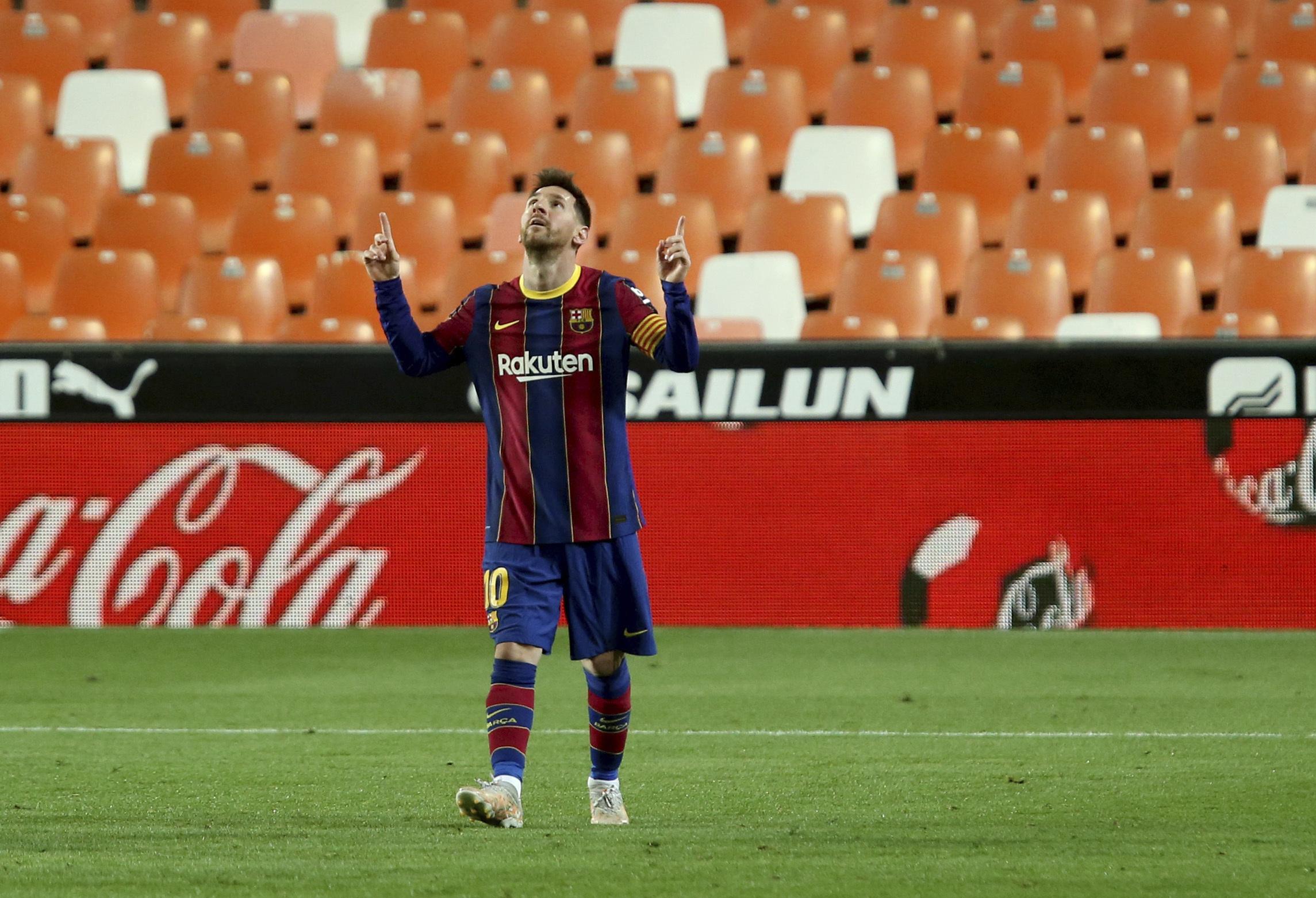 Messi celebra su segundo gol en Mestalla, el tercero del Barça.