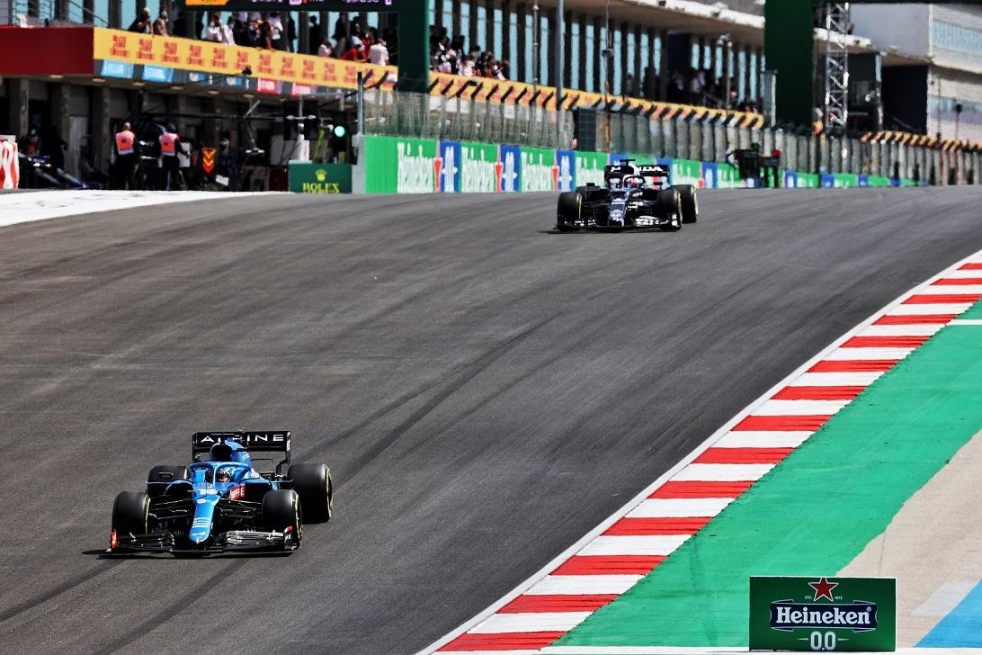 Alonso, por delante de Gasly, el domingo en Portimao.